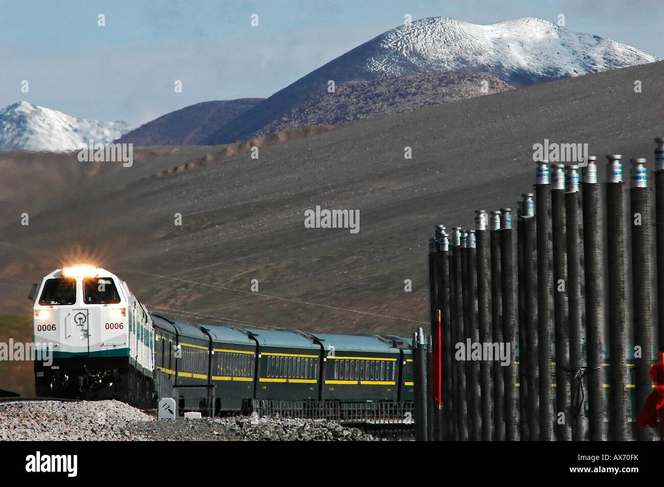 A Lhasa bound train tops the 4,767m Kunlun Pass, one of the highest points on the Tibet railway. Tibet train - Stock Image