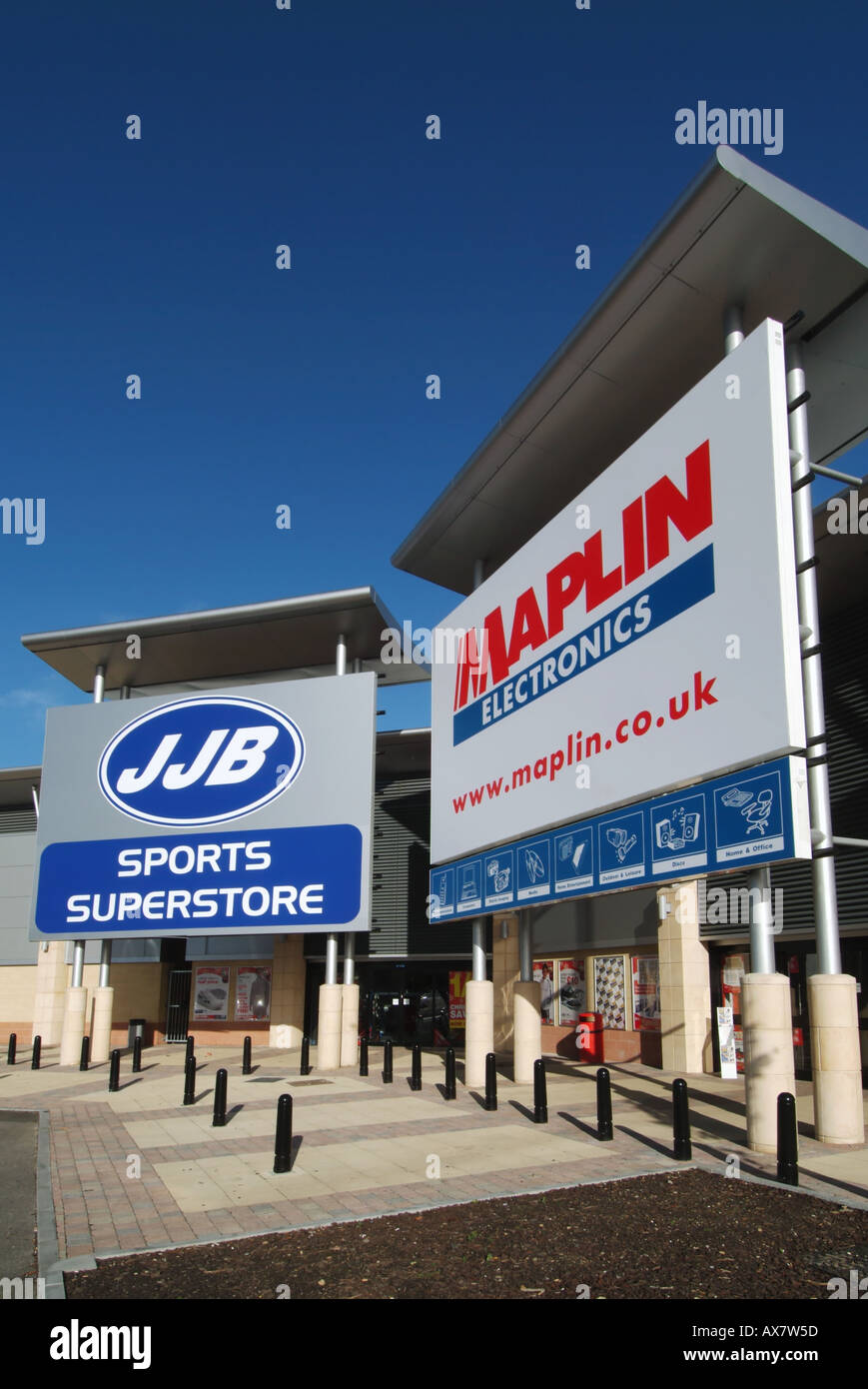 West Thurrock Lakeside retail park Maplin Electronics store sign incorporating web site address JJB sports superstore beyond - Stock Image