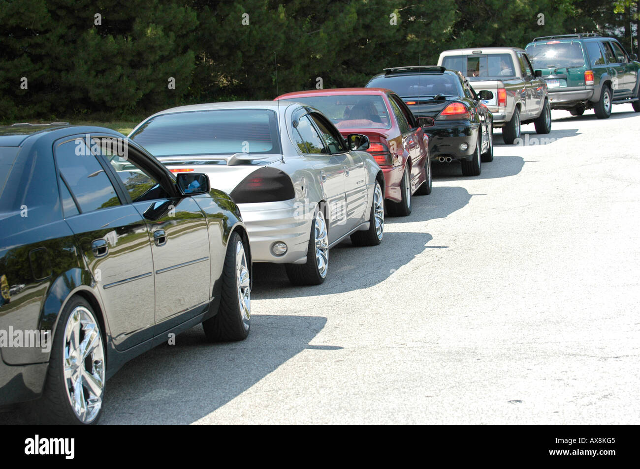 Line of cars waiting to buy gasoline Stock Photo: 9580100 - Alamy