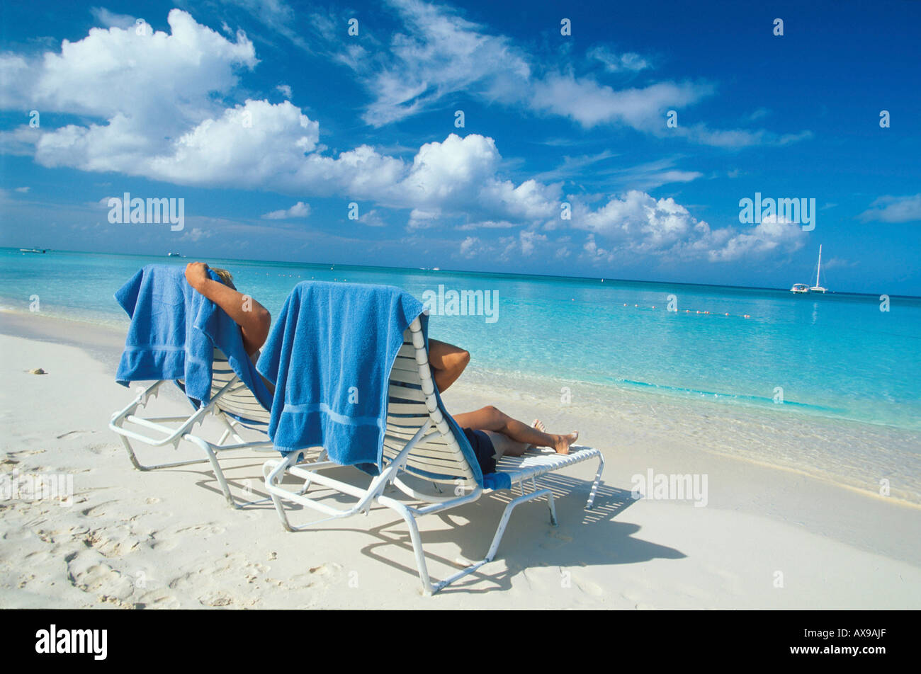 Liegestuehle am 7 Mile Beach, Grand Cayman, Cayman Islands Karibik - Stock Image