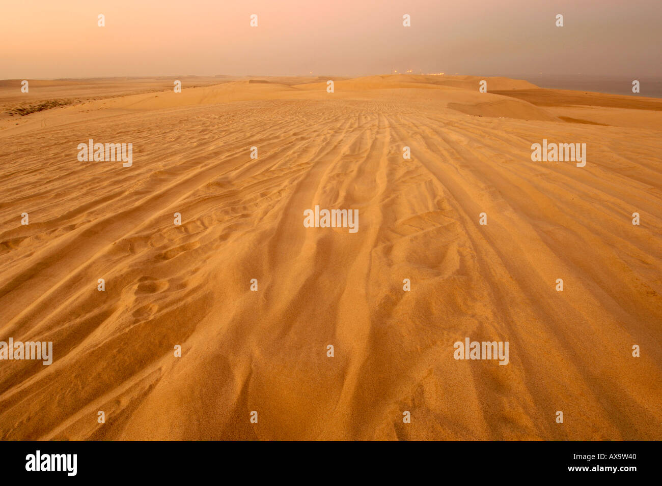 Tyre tracks in the dunes of the Inland Sea (Khor al Adaid) in southern Qatar. - Stock Image