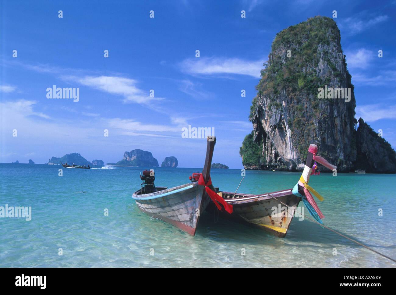 Boote am Hat Tham Phra Nang, Strand Krabi, Andamanenkueste Thailand, Asien - Stock Image