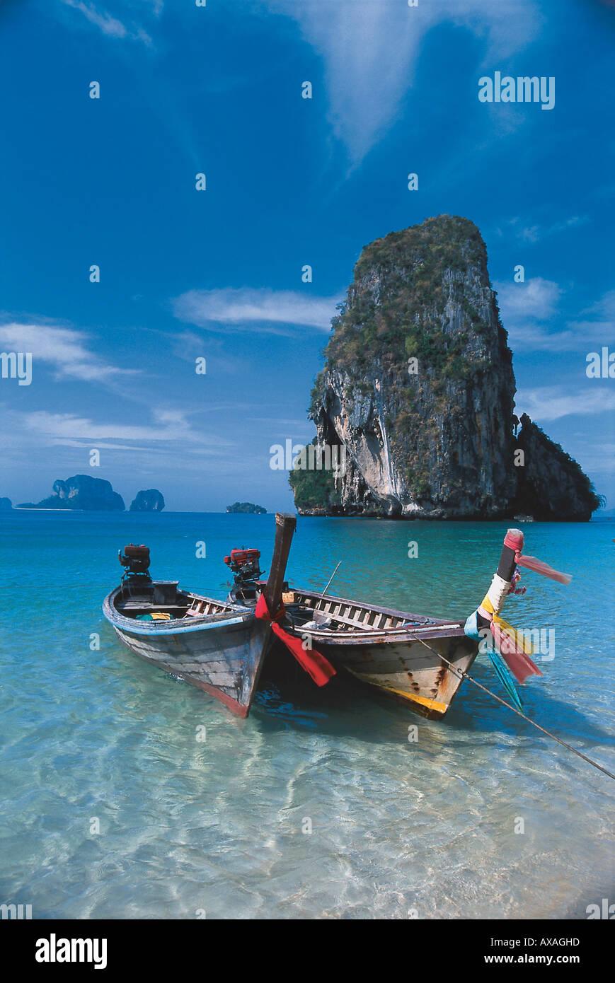 Boote am Hat Tham Phra Nang Strand, Krabi, Andamanenkueste Thailand - Stock Image