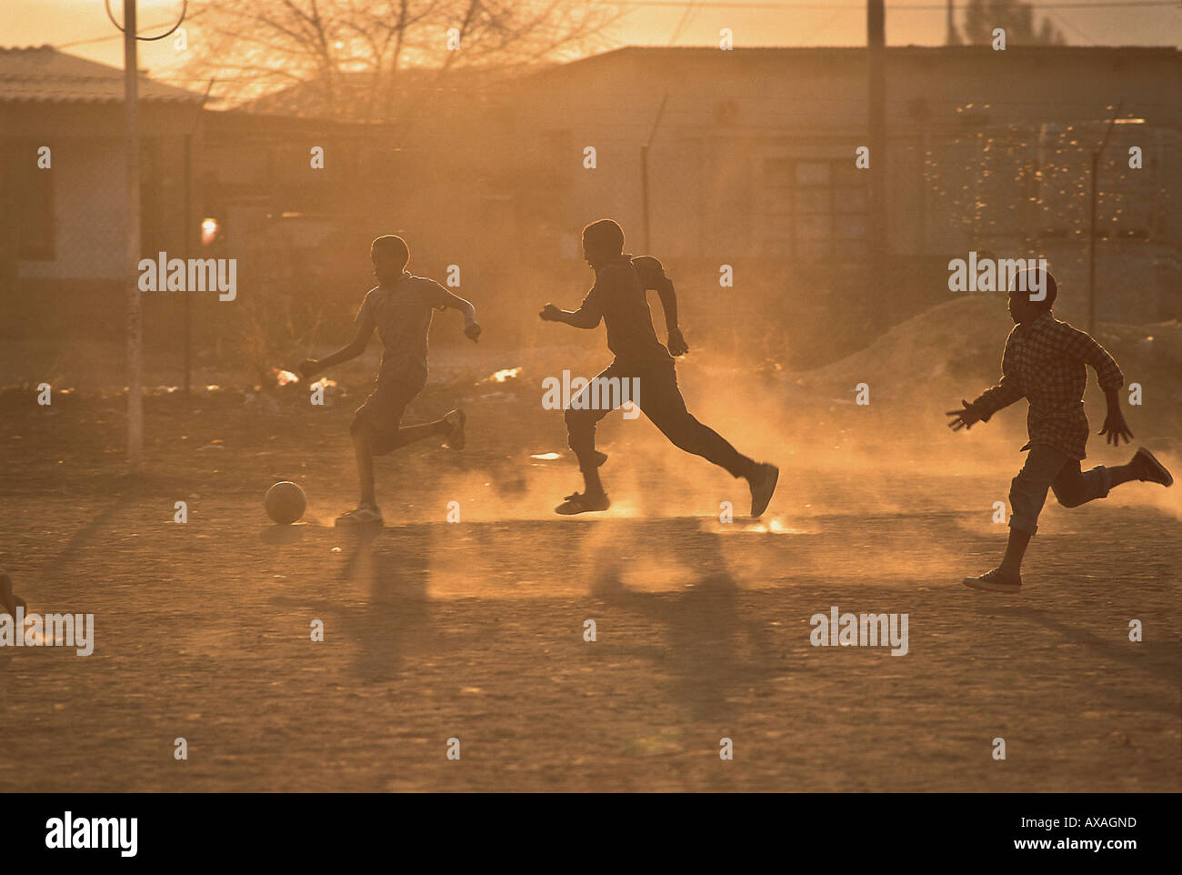 Jungen spielen Fussball, Suedafrika - Stock Image