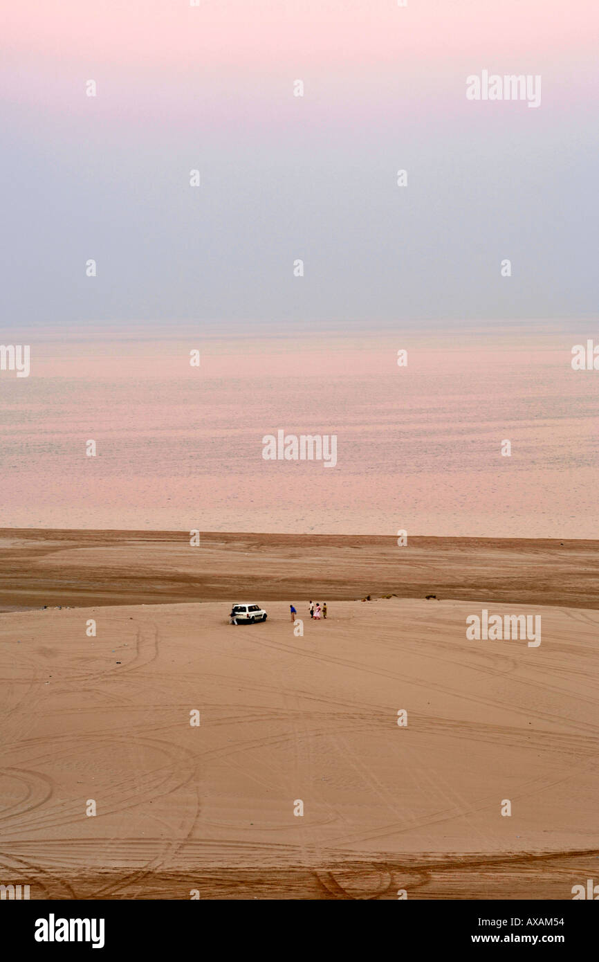 Visitors and their 4X4 at the Inland Sea (Khor al Adaid) in southern Qatar. - Stock Image