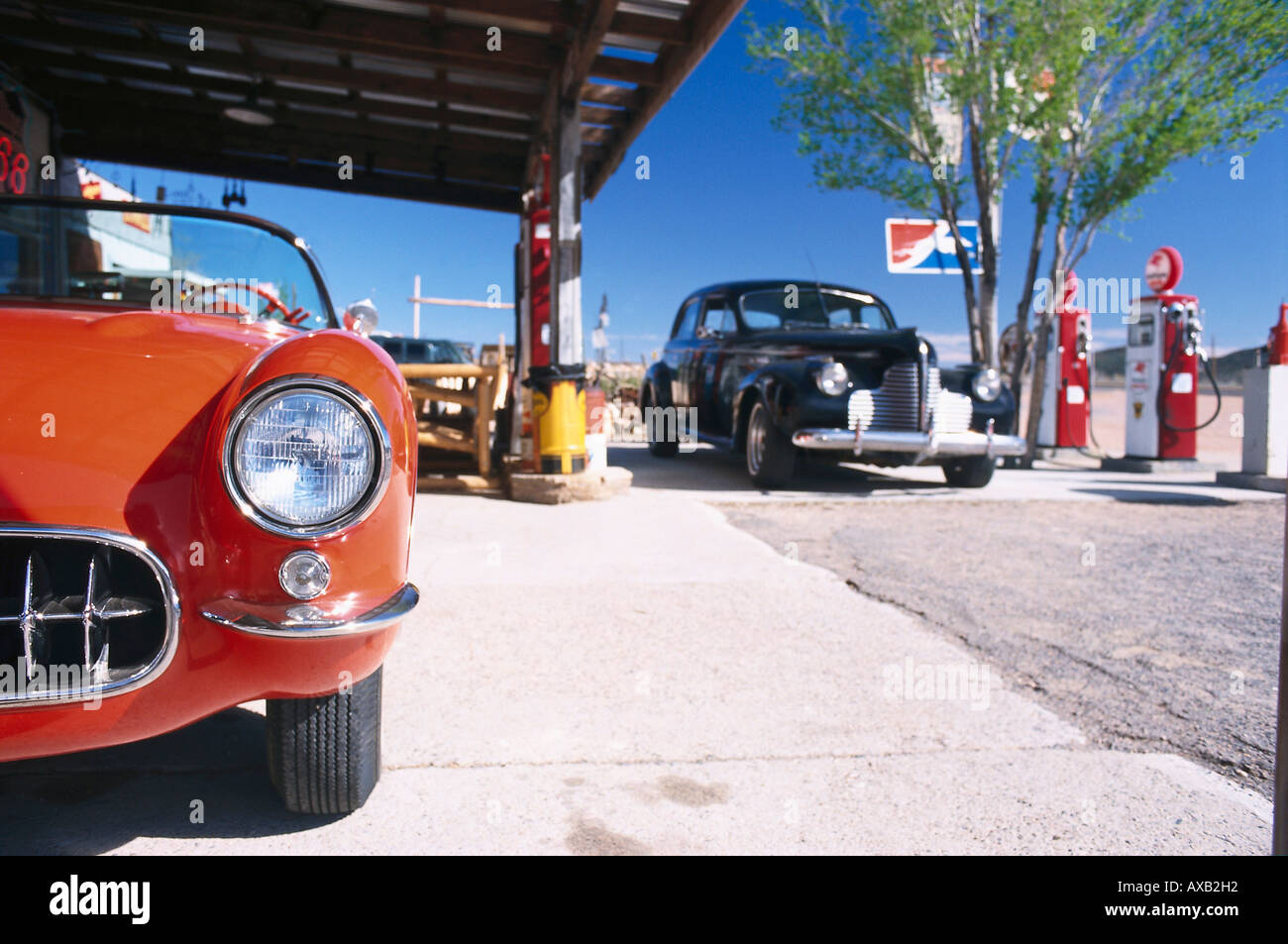 Vintage cars at a filling station, Hackberry, Route 66, Arizona USA ...