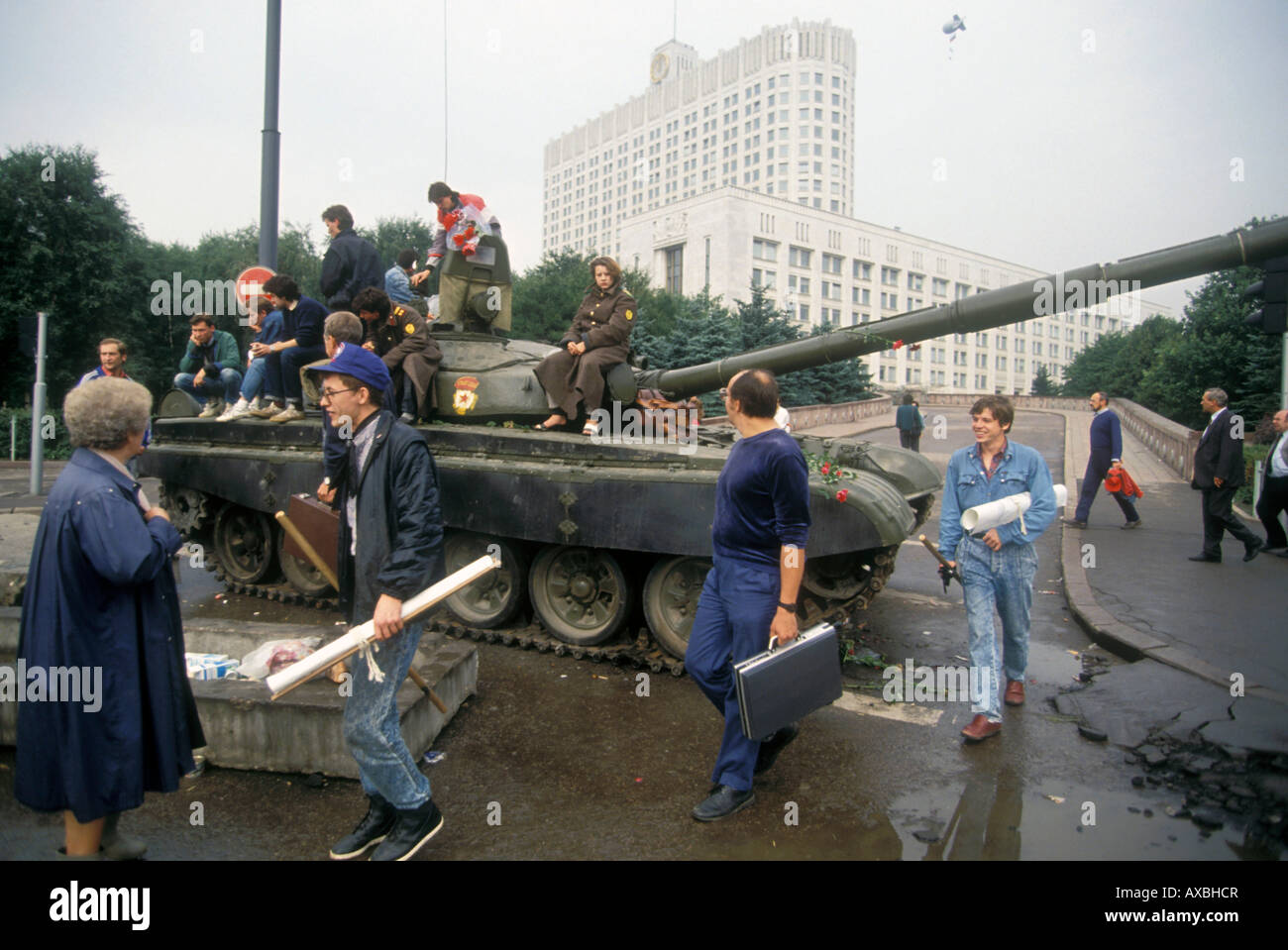 Tank and barricades with volunteer citizens protecting Russian 'White House'(Russian Parliament) during - Stock Image