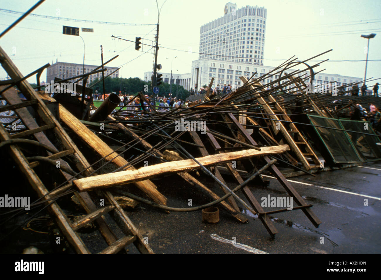 Barricades with volunteer citizens protecting Russian 'White House'(Russian Parliament) during coup, 1991 - Stock Image