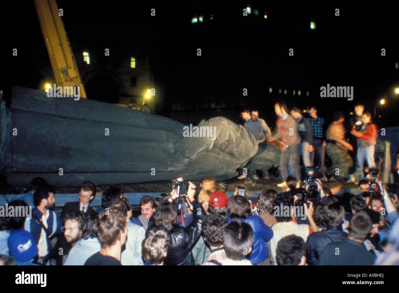 Dzerzhinsky monument outside KGB headquarters is removed from pedestal during coup, Moscow, Russia, August 22, 1991 Stock Photo