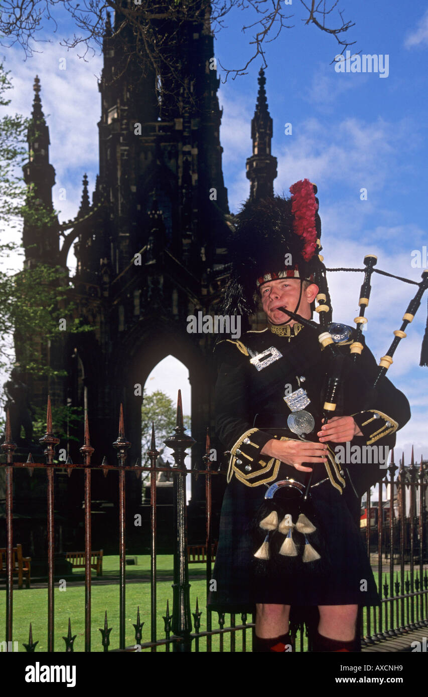 Piper at Sir Walter Scott monument Princes Street Edinburgh Scotland - Stock Image