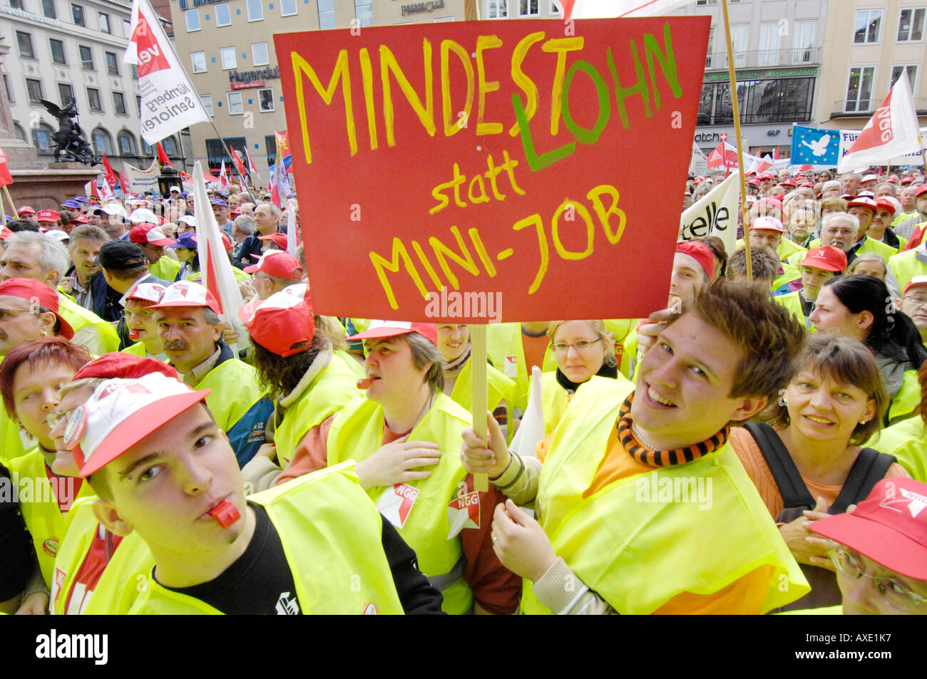 Union protest against the cuts in social welfare - Sign: minimum wage - Stock Image