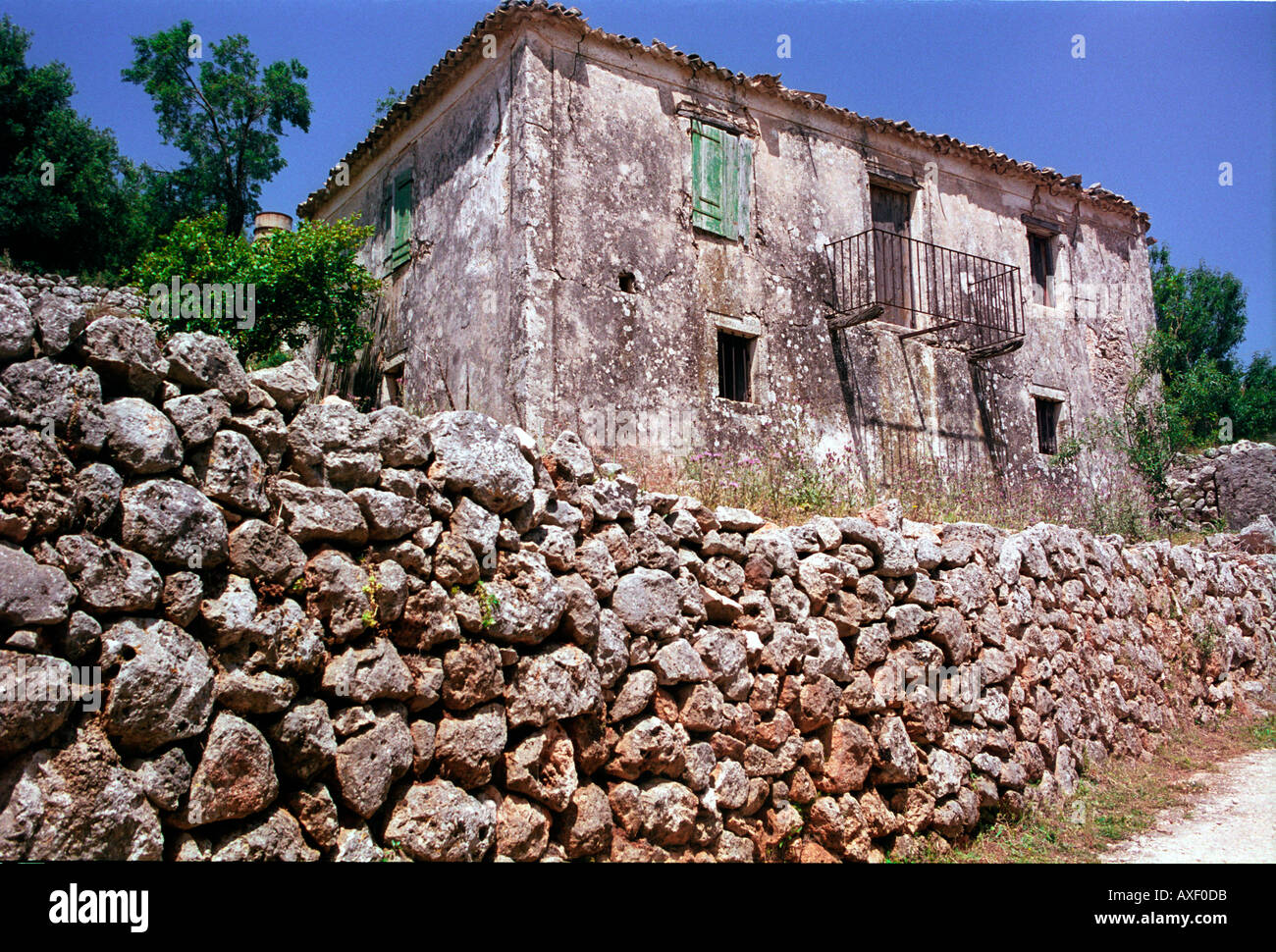 Old stone house with stonewall on Kefalonia. - Stock Image