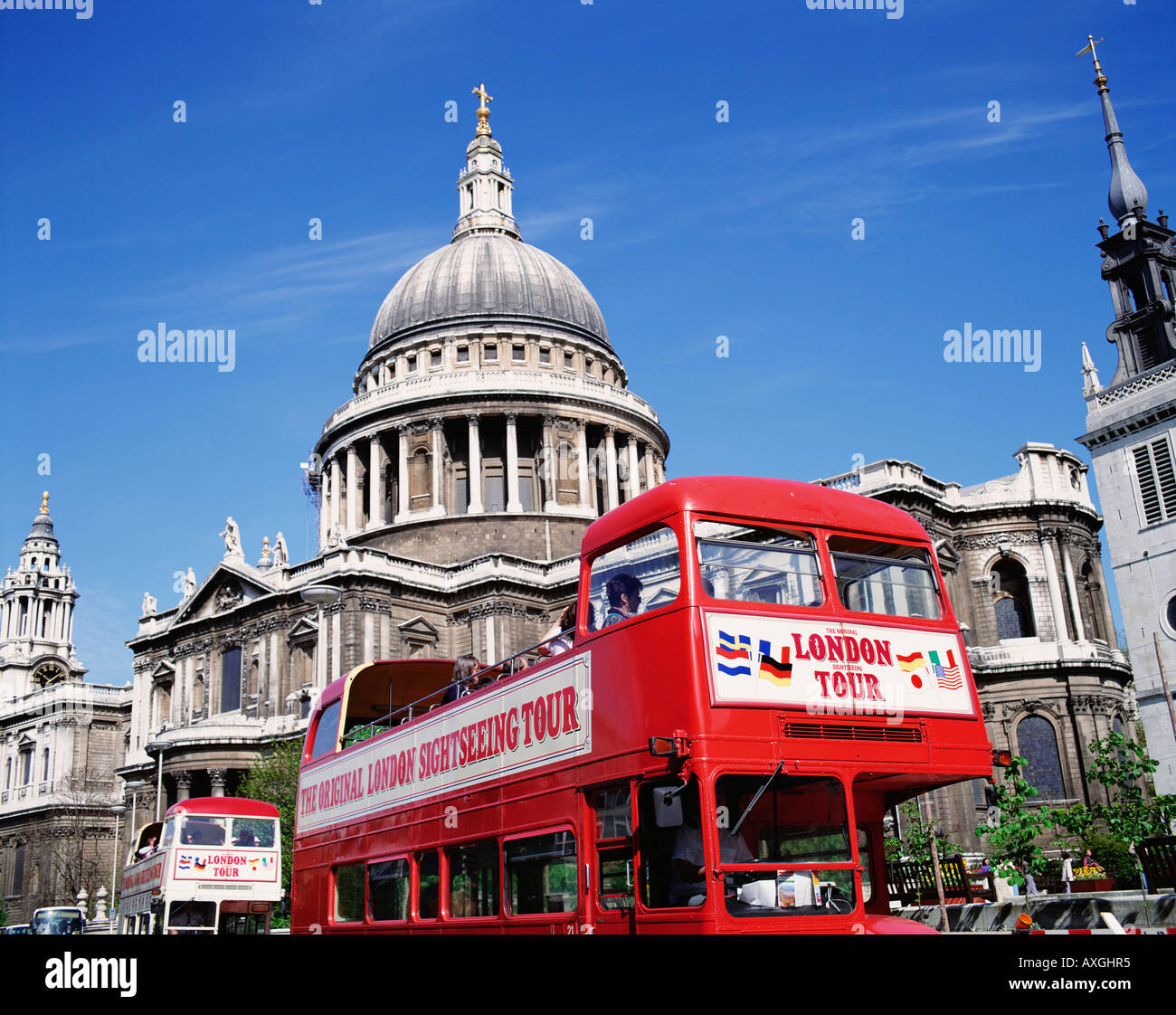 Sightseeing tour bus at St Paul's Cathedral, London, England, Great Britain, GB, UK. - Stock Image