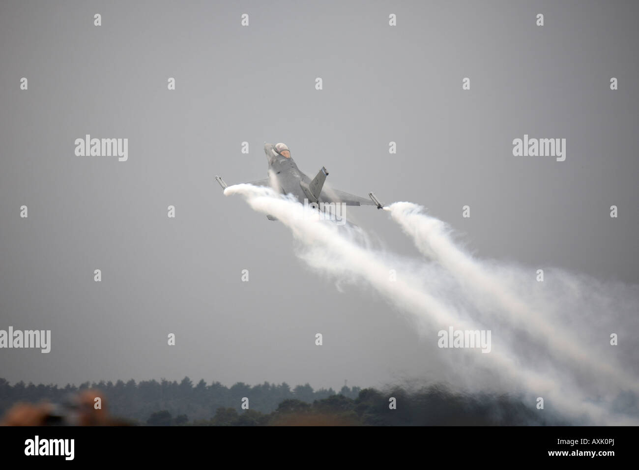 F 16 Fighting Falcon aircraft on flying display at Farnborough International Airshow July 2006 Stock Photo