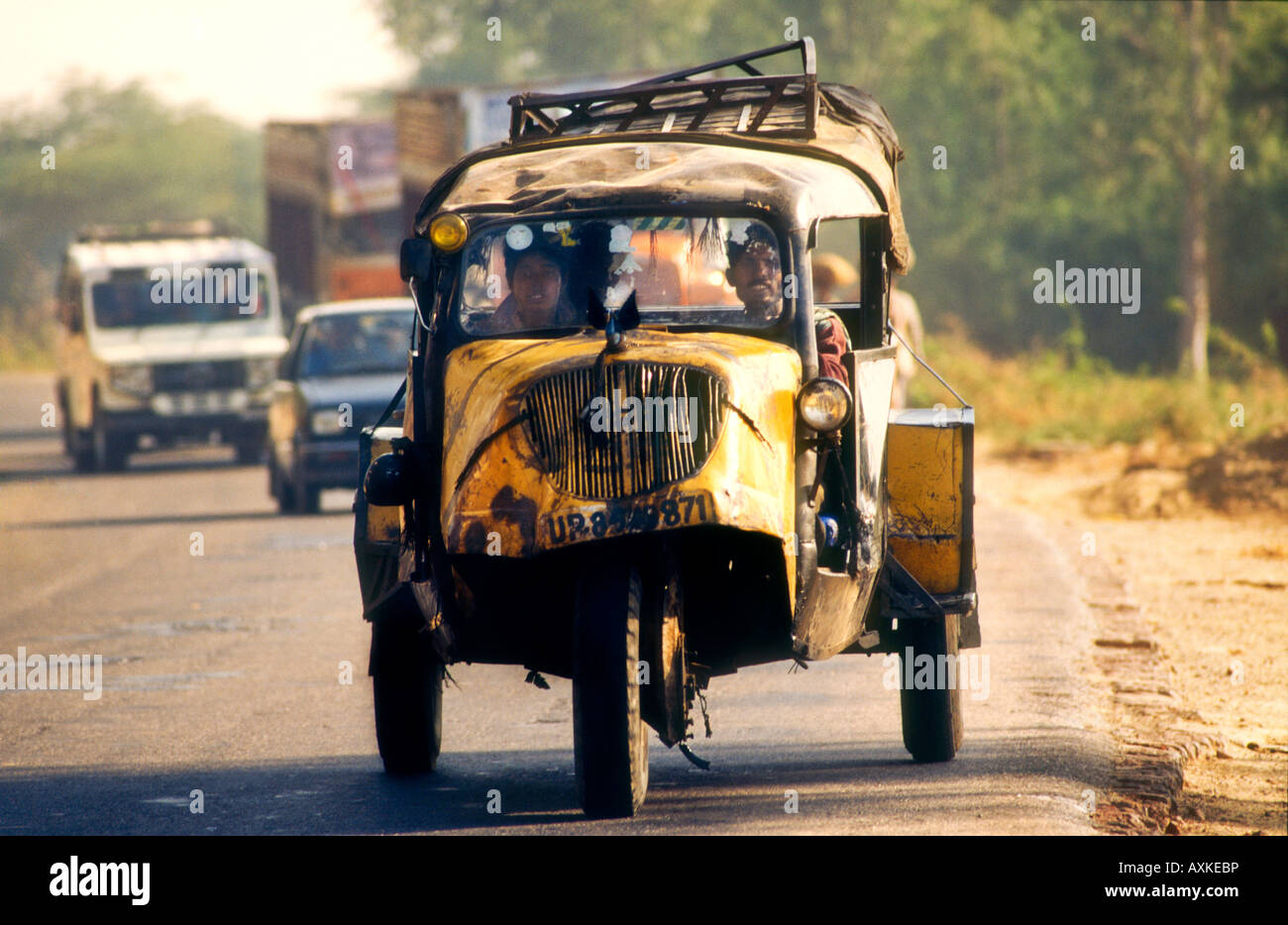 Beat up old car travelling along country road from Aurangabad to ...