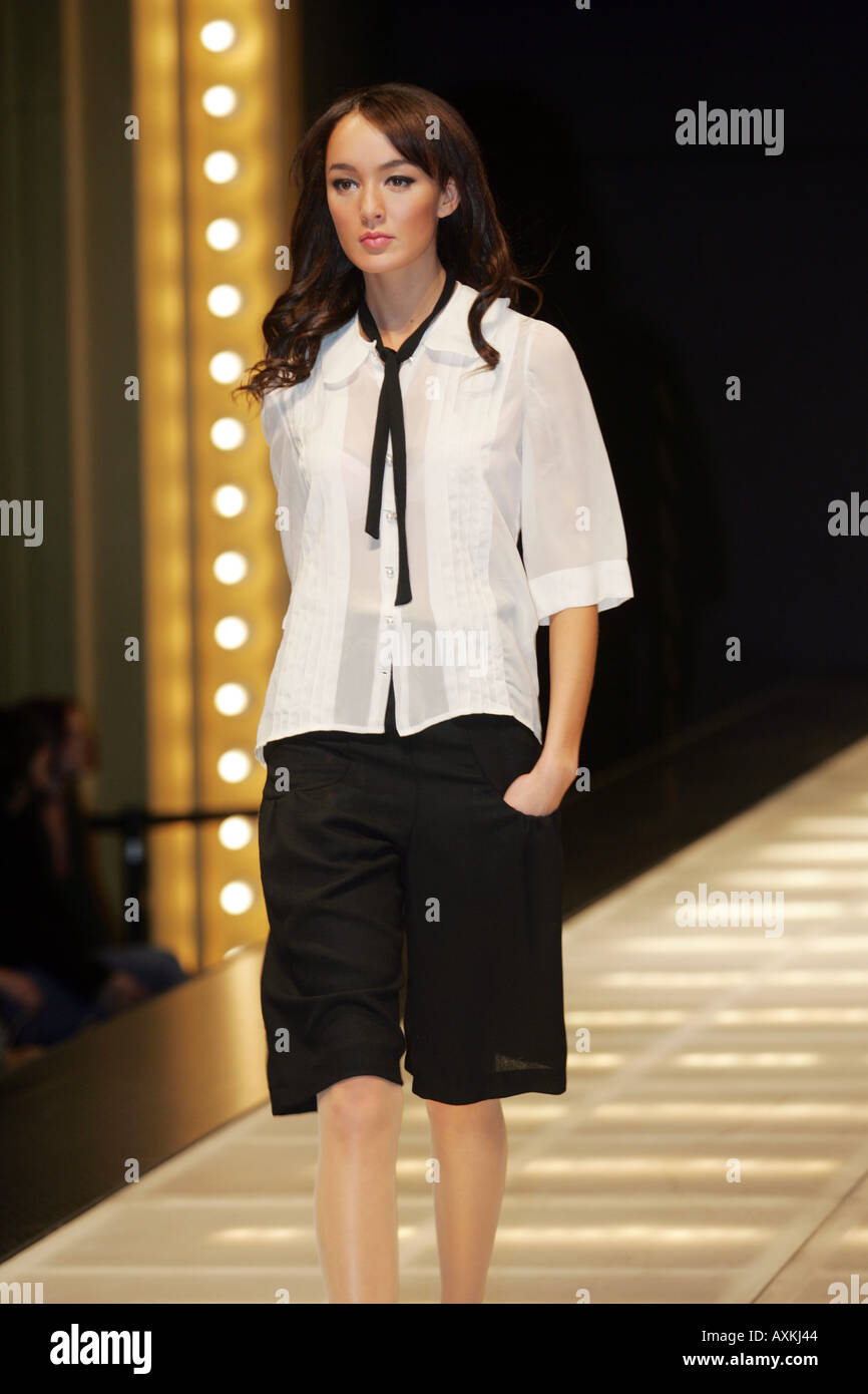 Fashion week How to black wear knee length shorts for lady