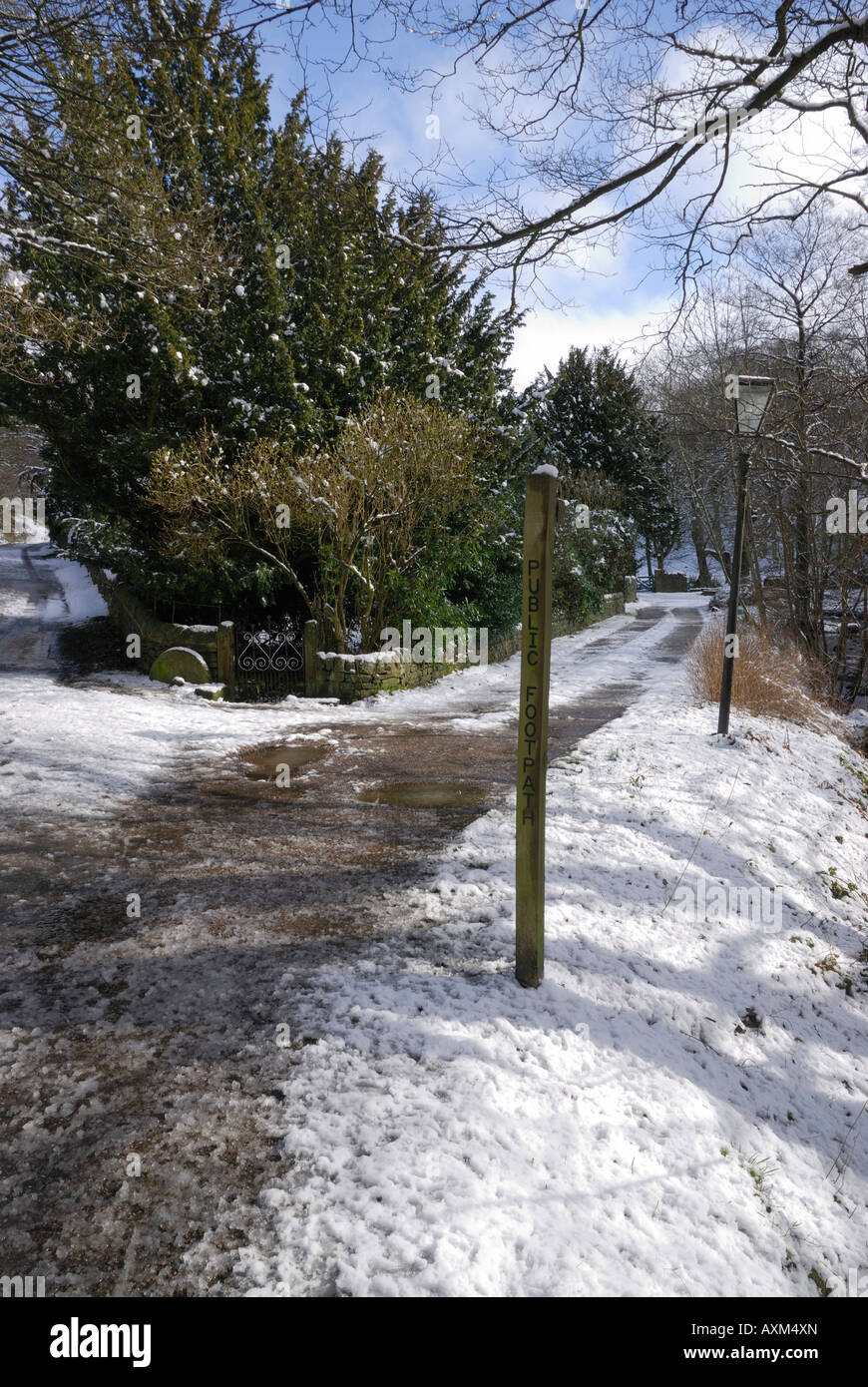 Footpath in Hayfield, Derbyshire, England in snow - Stock Image