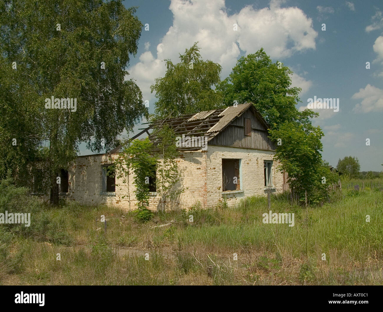 Derelict abandoned house in deserted Belarussian village, Chernobyl exclusion zone near Ukraine Belarus state border - Stock Image