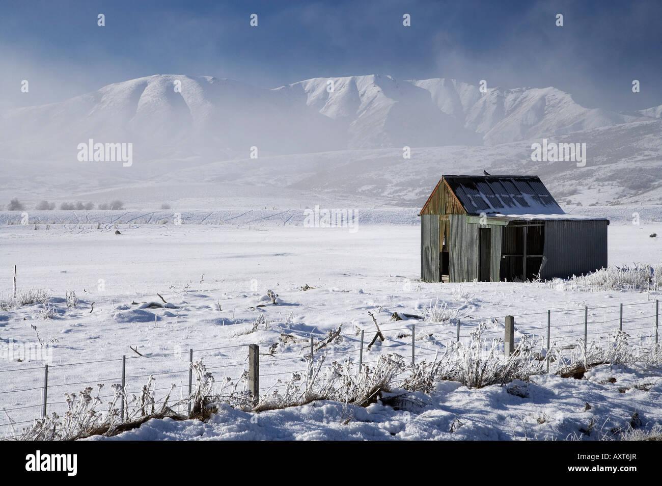 Old Shed and Ida Range in Hoar Frost Idaburn Maniototo South Island New Zealand - Stock Image