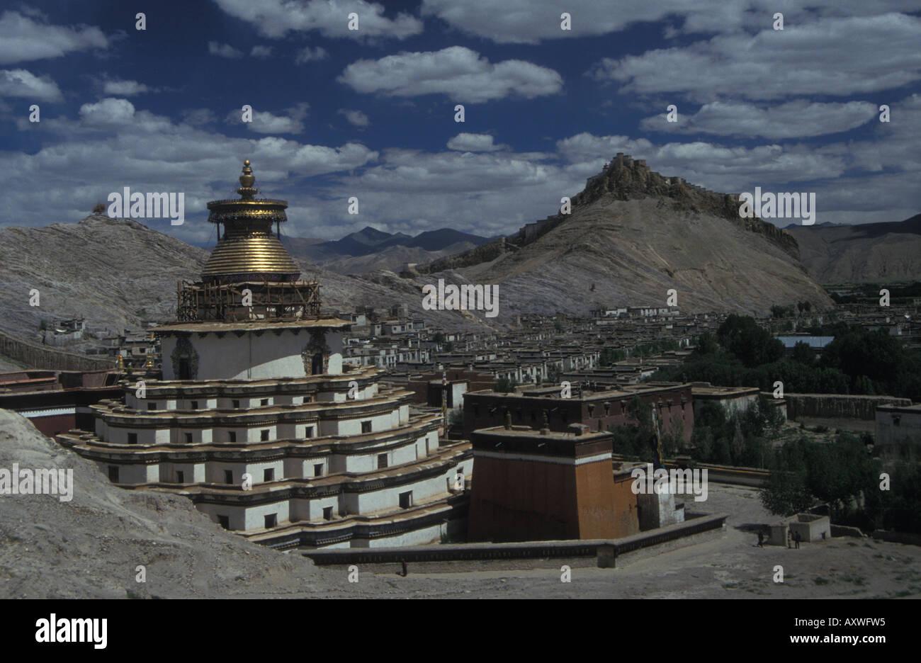 Tibetan Buddhist stupa and gompa fort in background Gyantse Tibetan Plateau Tibet Autonomous Region Peoples Republic of China - Stock Image