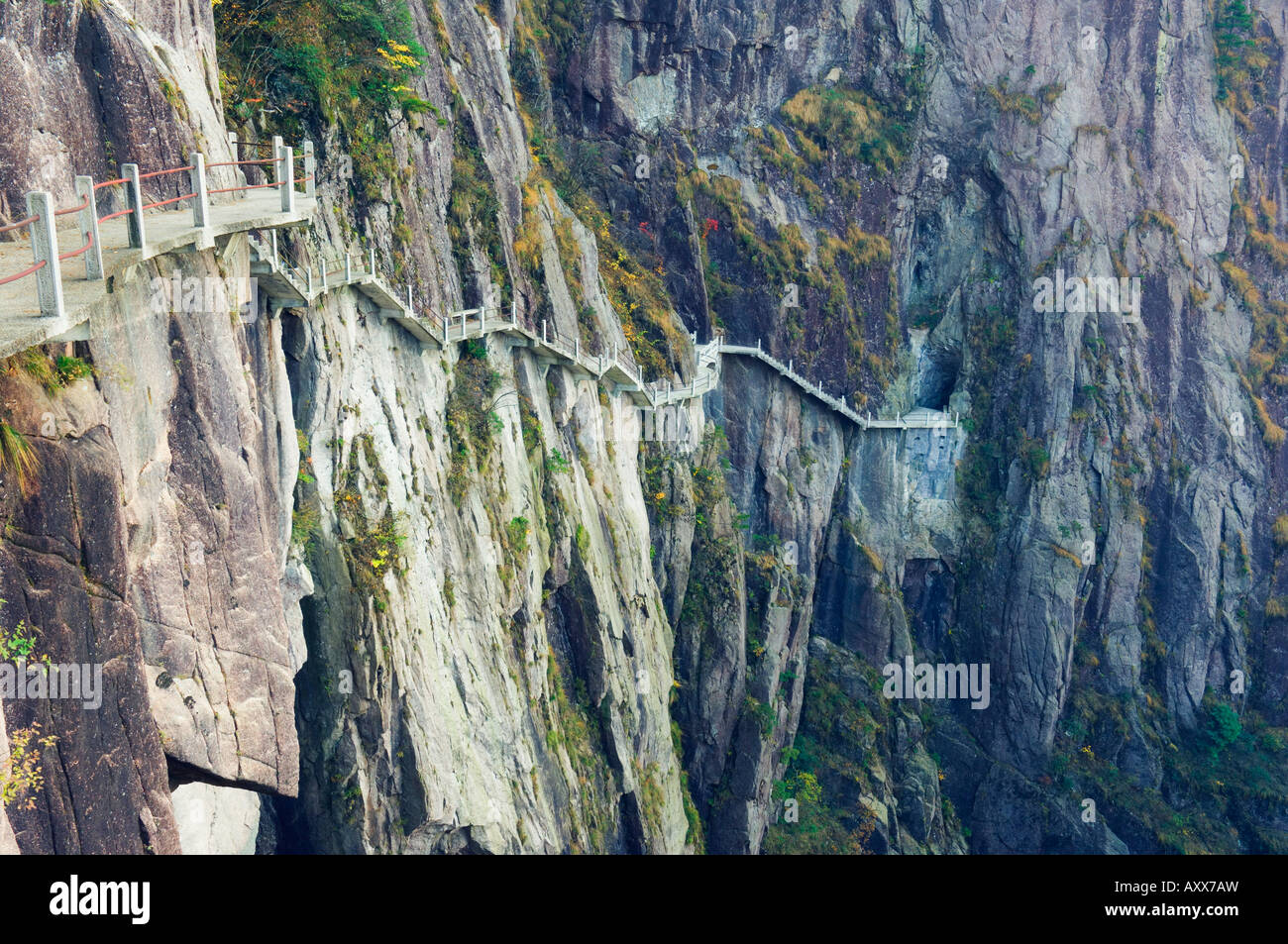 Footpath along rock face, White Cloud scenic area, Huang Shan (Yellow Mountain), Anhui Province, China Stock Photo