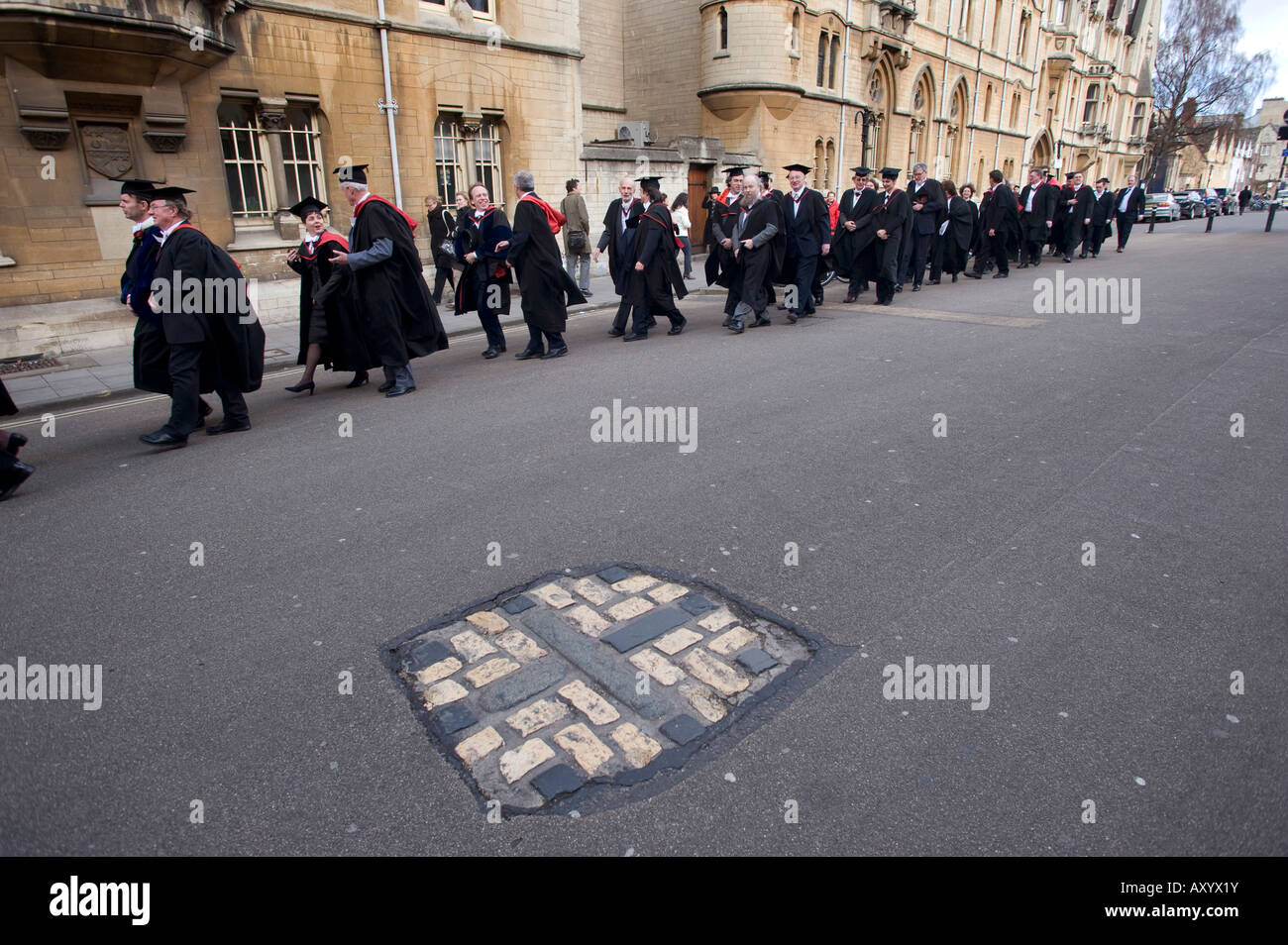 The mark on the road where three protestant martyrs were burnt in Broad St Oxford outside Balliol College - Stock Image