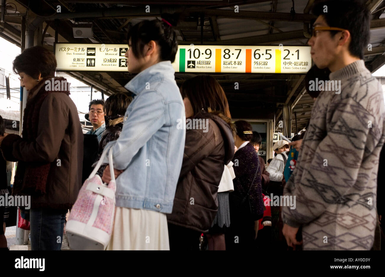 Commuters at railway station, Tokyo, Japan - Stock Image