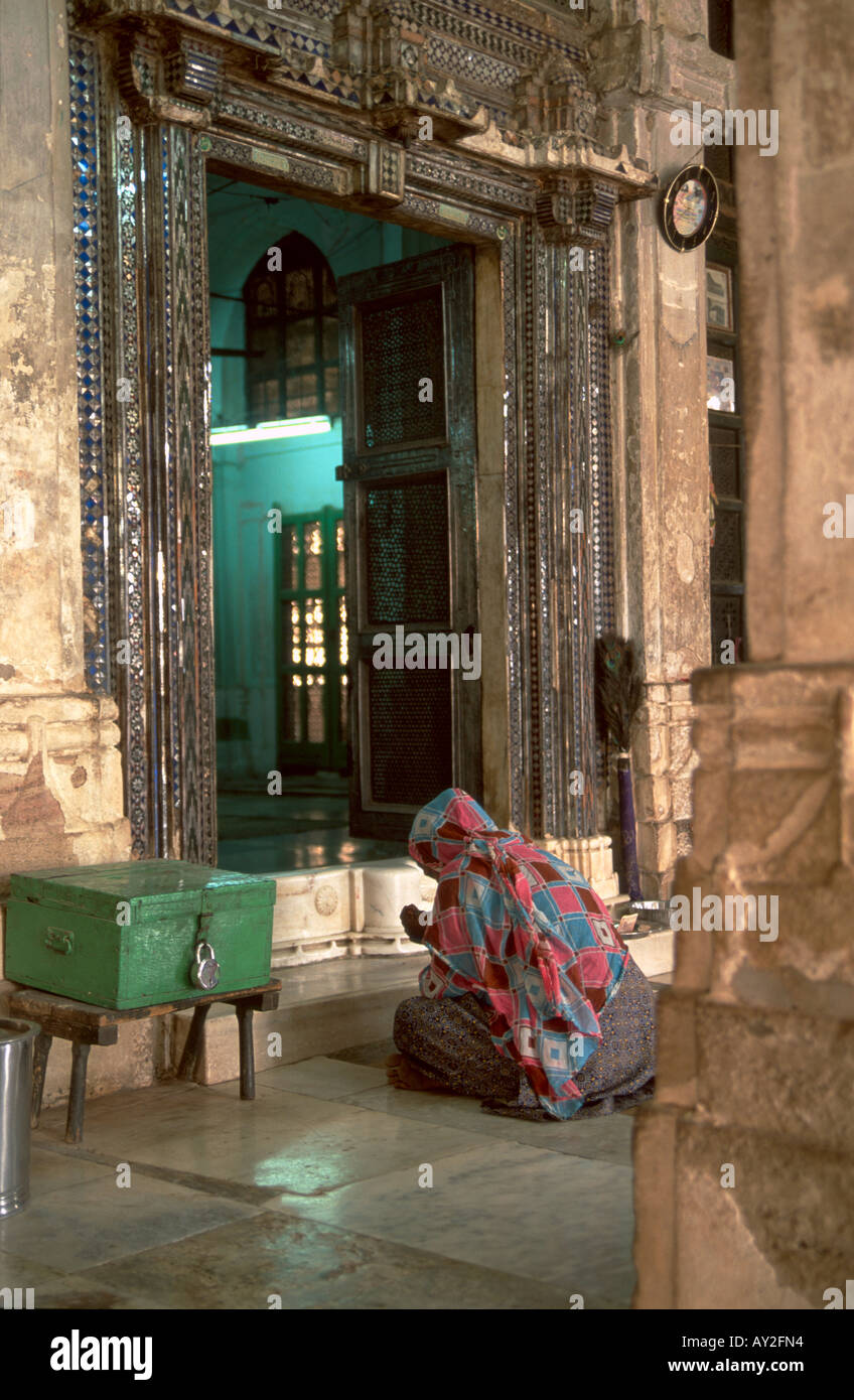 Woman praying at the tomb of  Sheikh Ahmed Khattu in Sarkhej outside of Ahmedabad in the state of Gujarat, India. - Stock Image