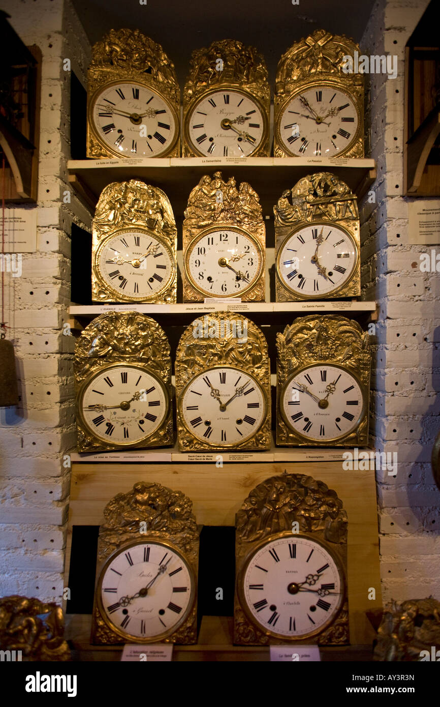 An old clock collection. Collection d'horloges anciennes. - Stock Image