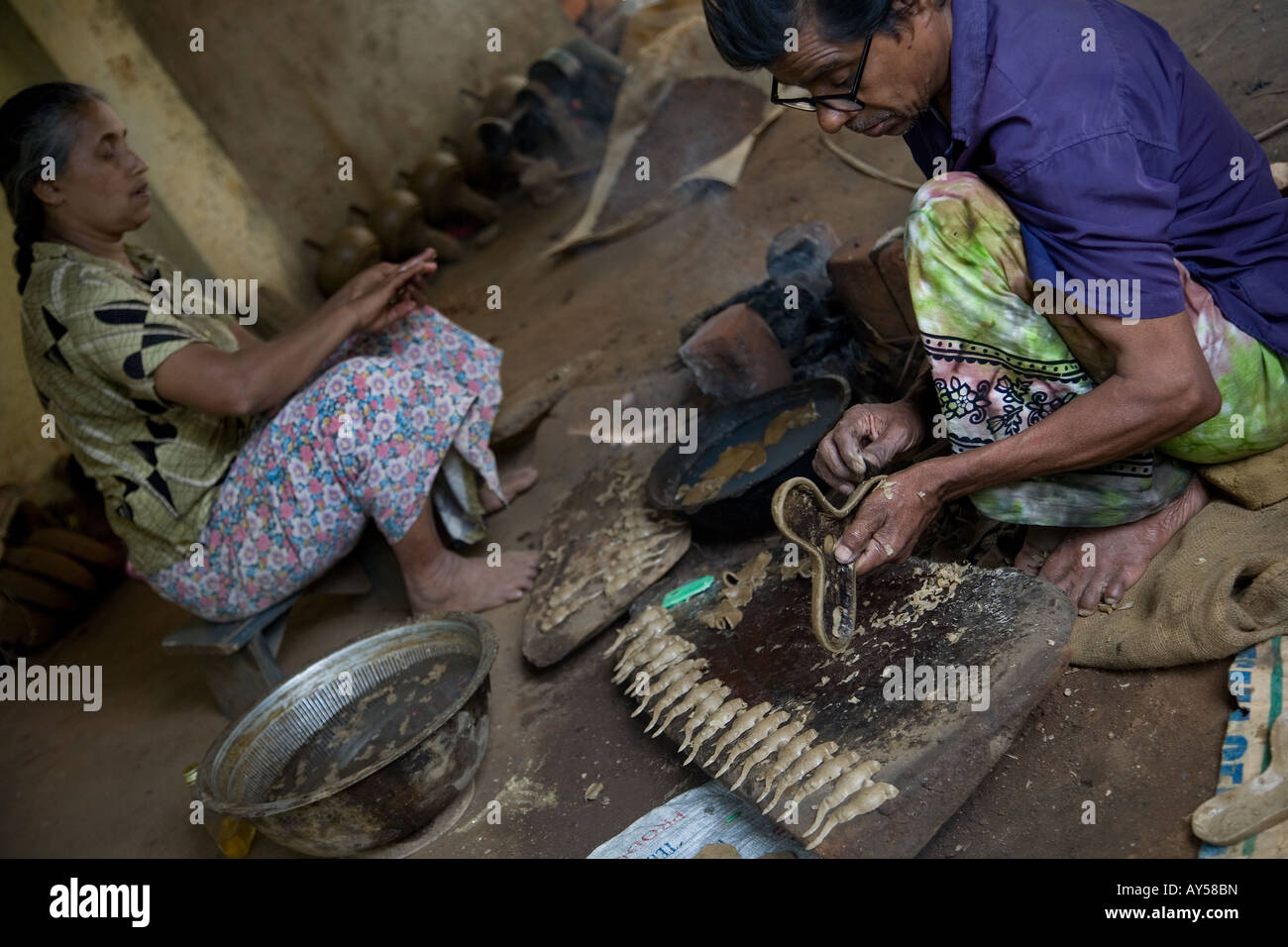Craftsman preparing mold for brass molding with traditional sri lankan form - Stock Image