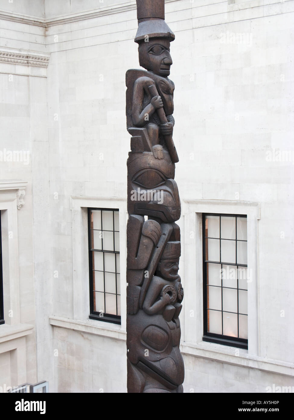 British Museum Great Court, Haida totem pole - Stock Image