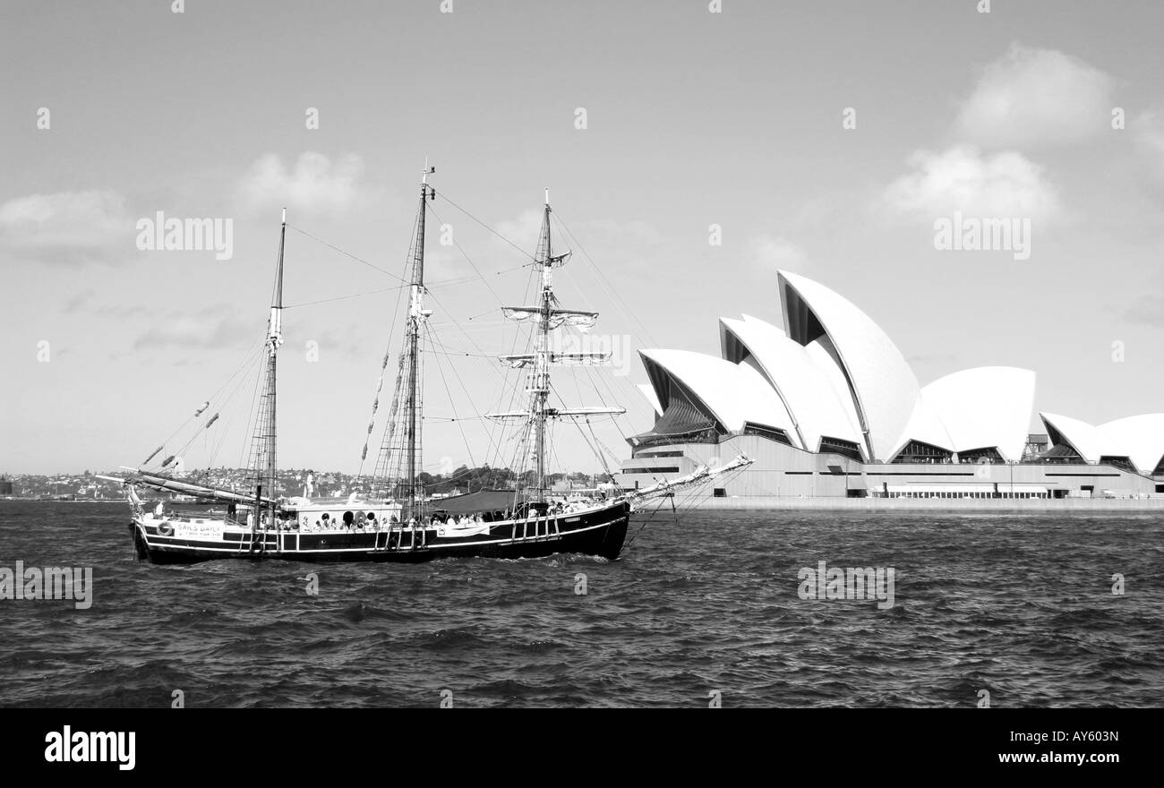 sailing boat sailing in front of sydney opera house - Stock Image