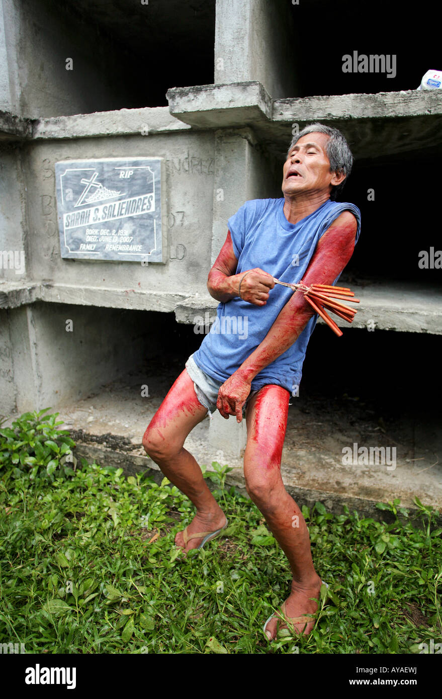 Filippino flaggelants hit themselve on Good Friday at the cemetary in Gasan, Marinduque Island, The Philippines - Stock Image