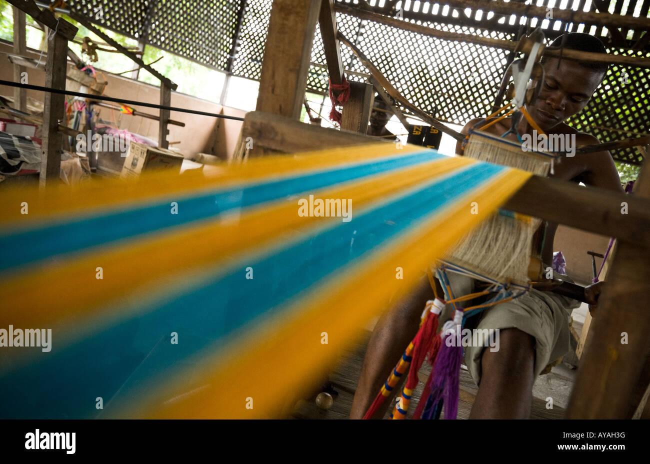 Man weaving kente cloth Ghana - Stock Image