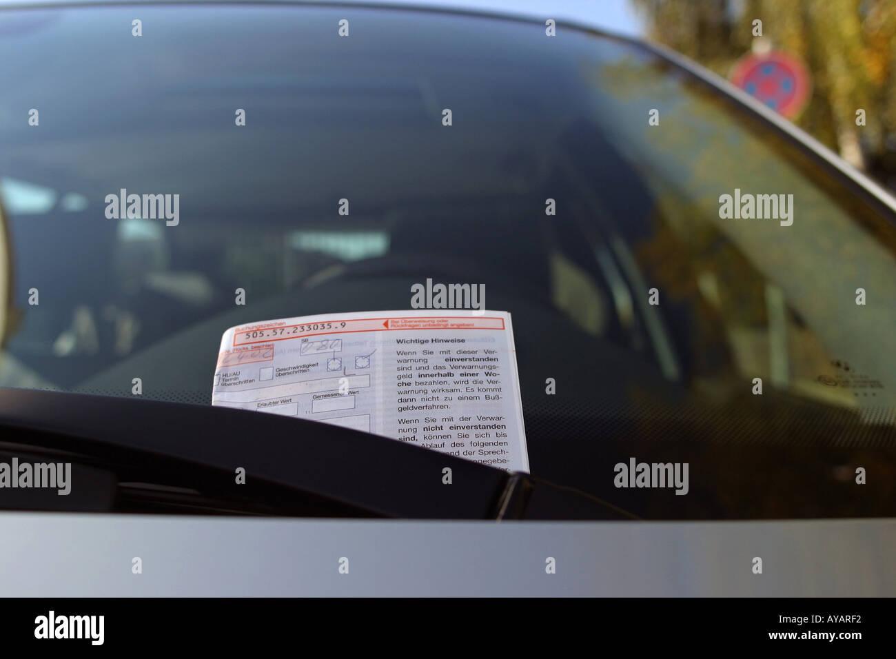 Strafzettel an Windschutzscheibe Stock Photo