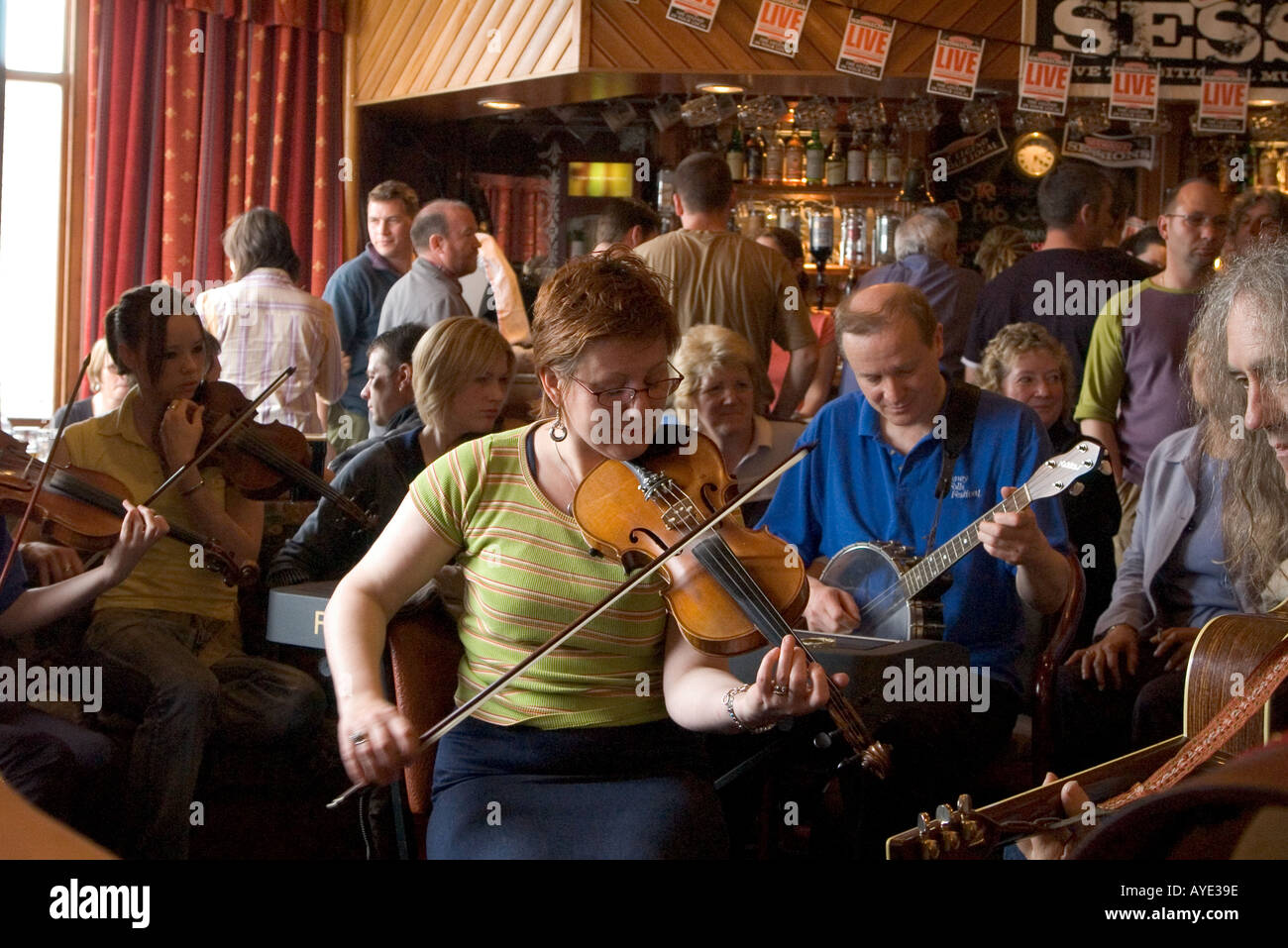 dh Orkney Folk Festival STROMNESS ORKNEY Woman musician playing fiddle music pub player female uk - Stock Image
