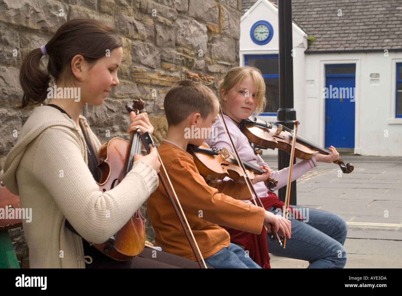dh Orkney Folk Festival STROMNESS ORKNEY girls and boy playing fiddles ate Orkney festival event scotland children Stock Photo