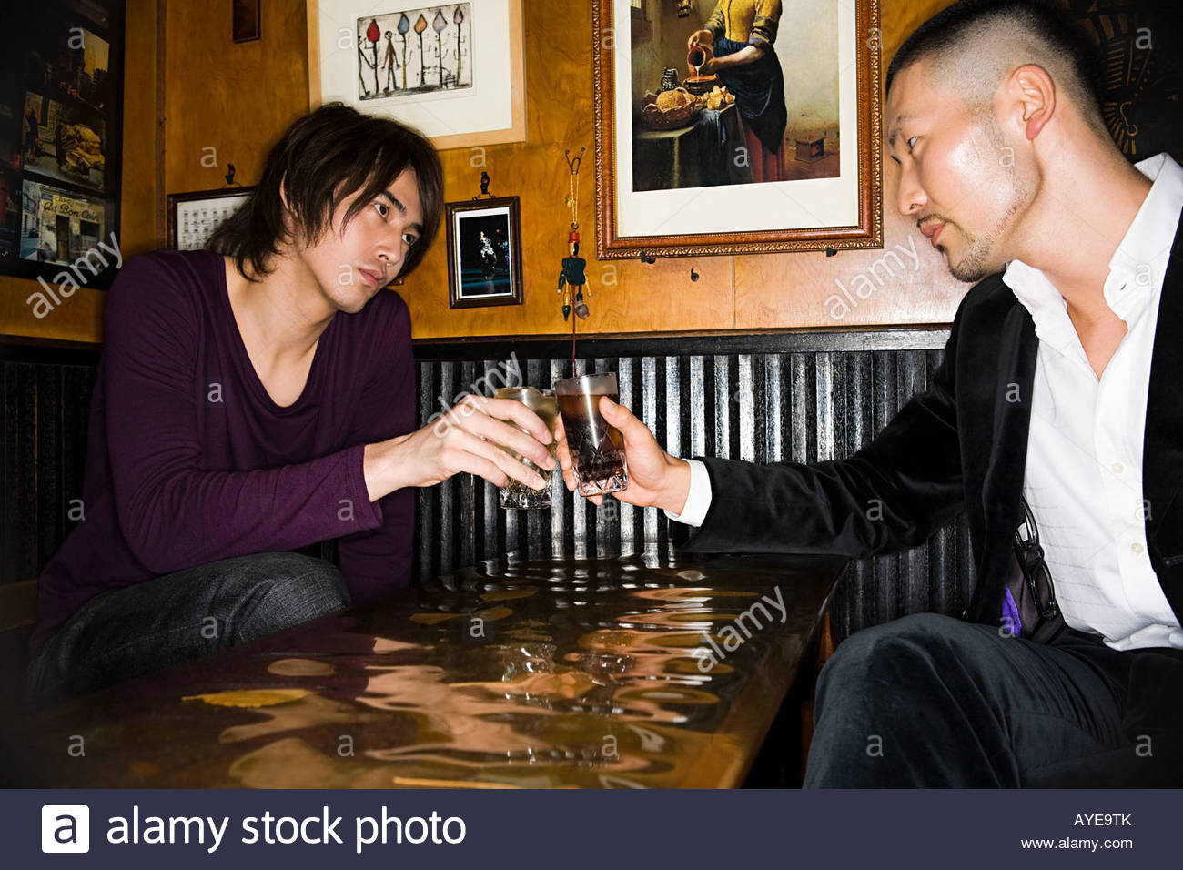 Japanese men toasting in a bar - Stock Image
