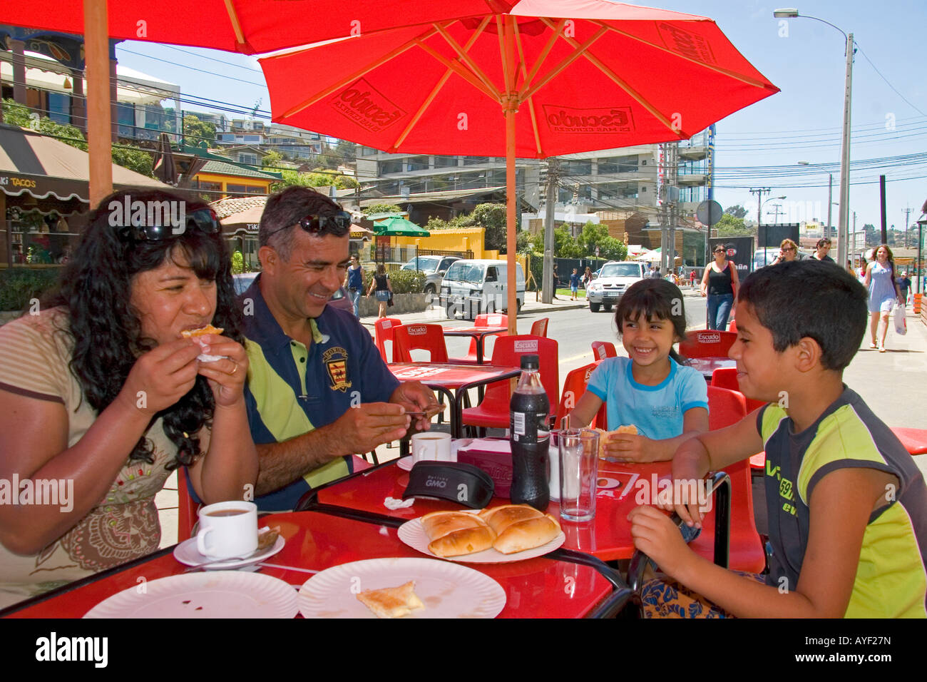 Chilean family eats lunch outdoors in Renaca Chile - Stock Image