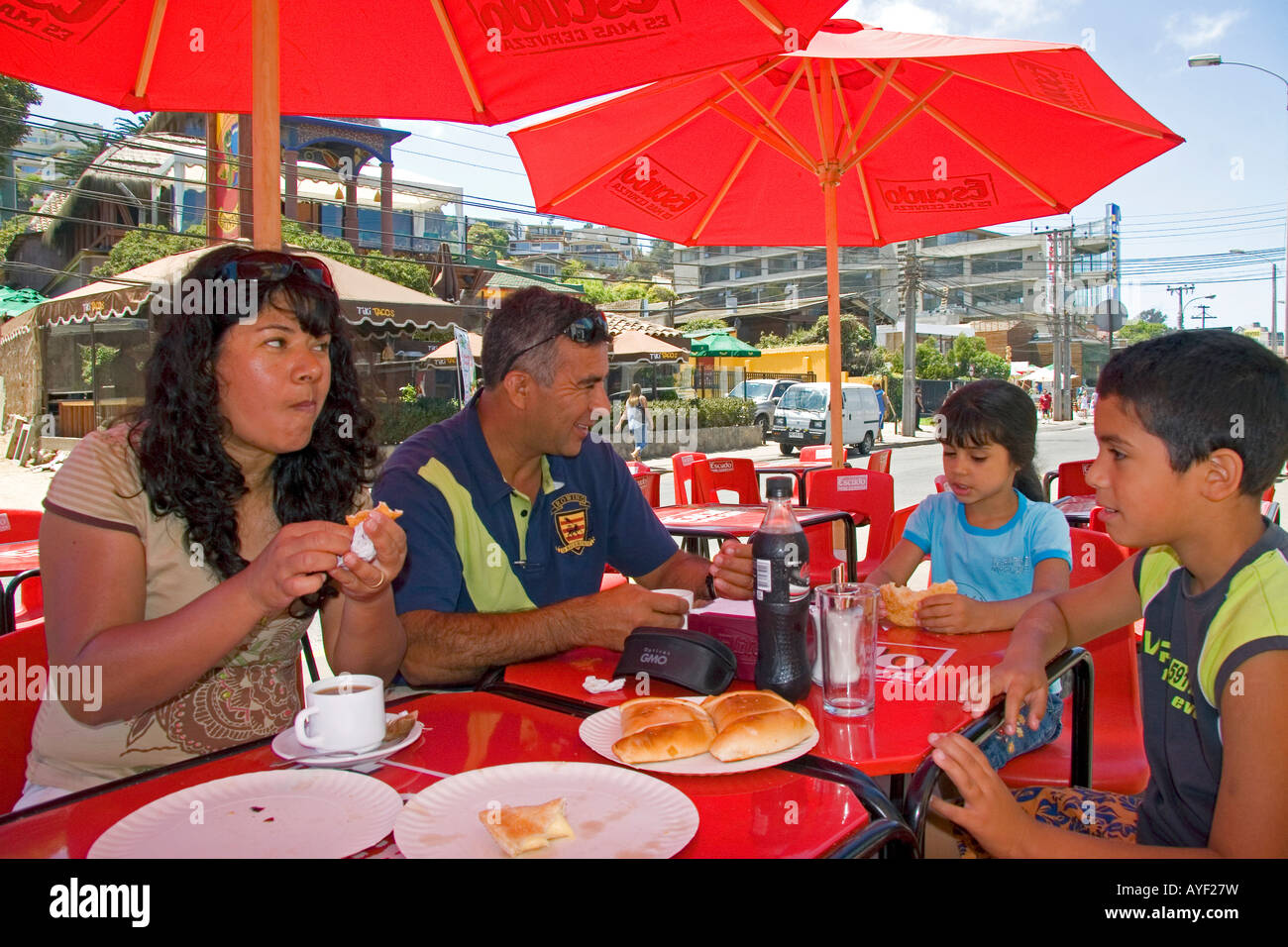 Chilean family eats lunch in Renaca Chile - Stock Image