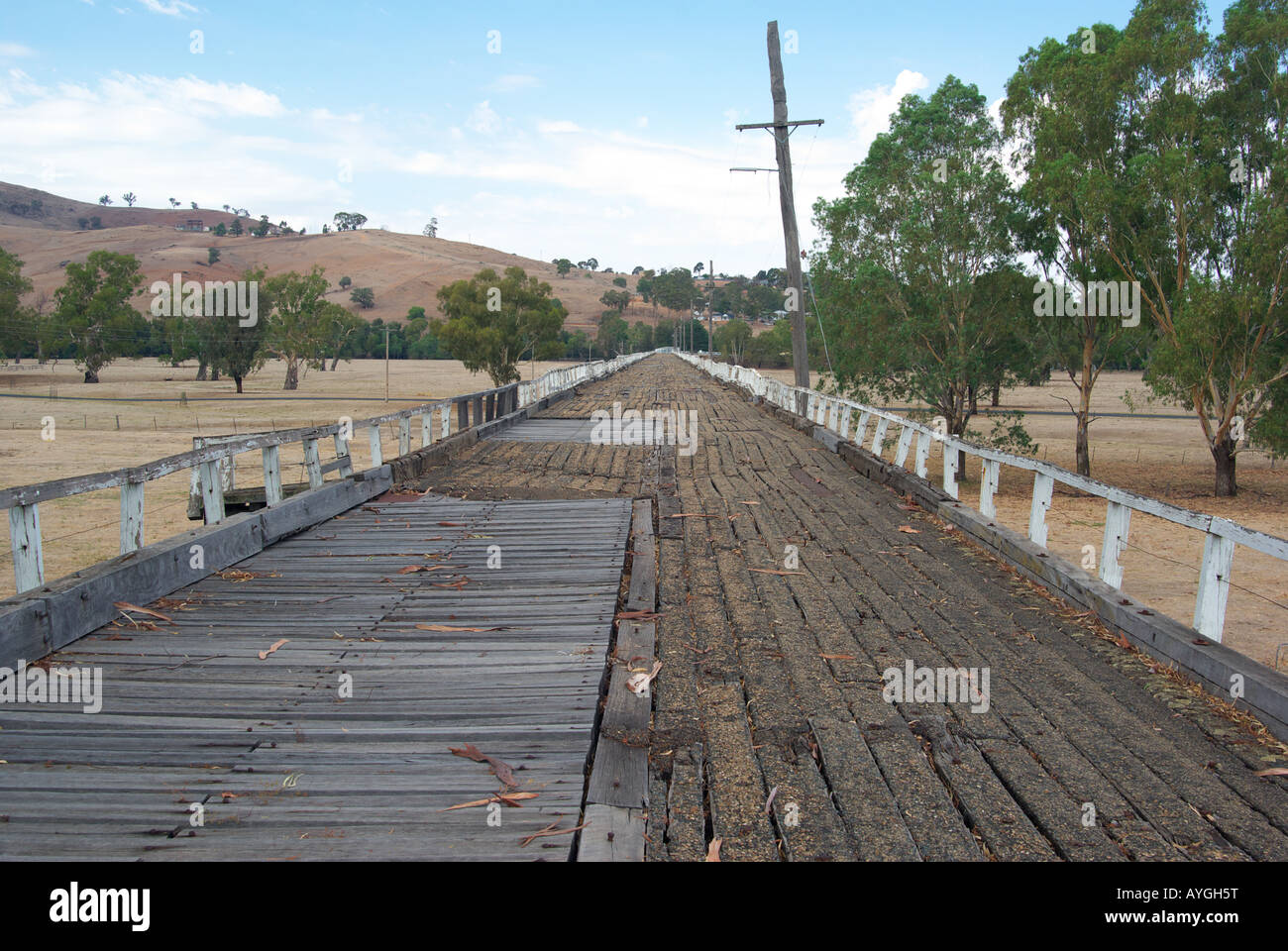 the old wooden road bridge to gundagai Stock Photo: 17103251