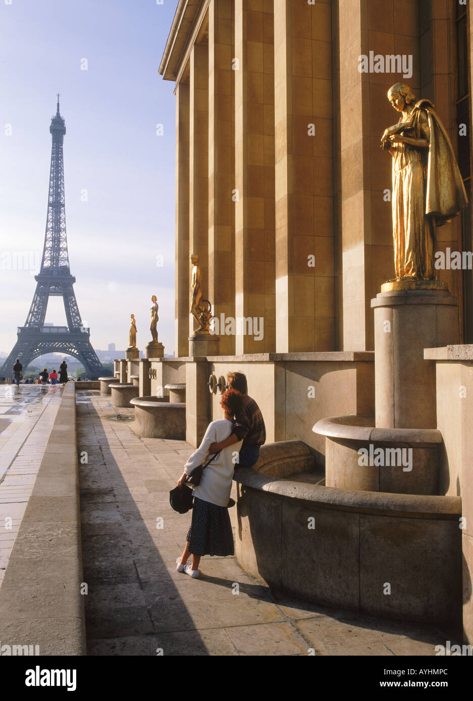 Couple at Palais Chaillot with Golden Figurines and Eiffel Tower at sunrise - Stock Image