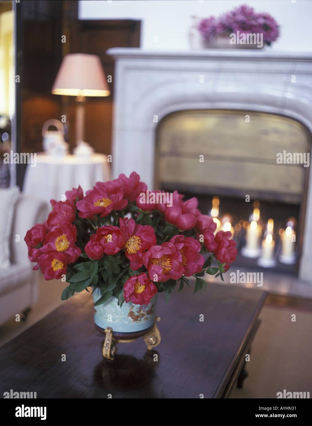 Tisch mit Blumenvase Stock Photo