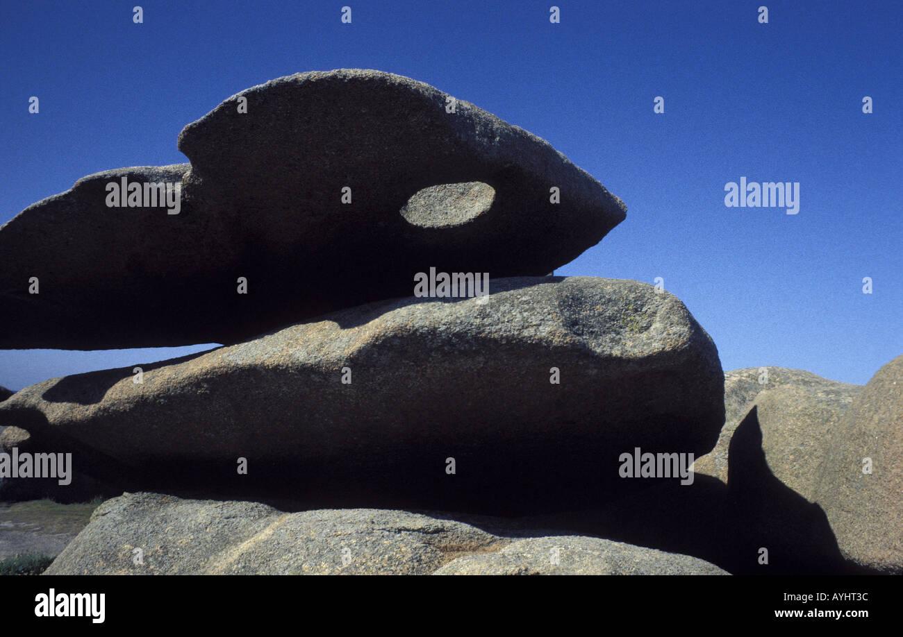 Steinformation mit Loch bei Ploumanac Bretagne Frankreich - Stock Image