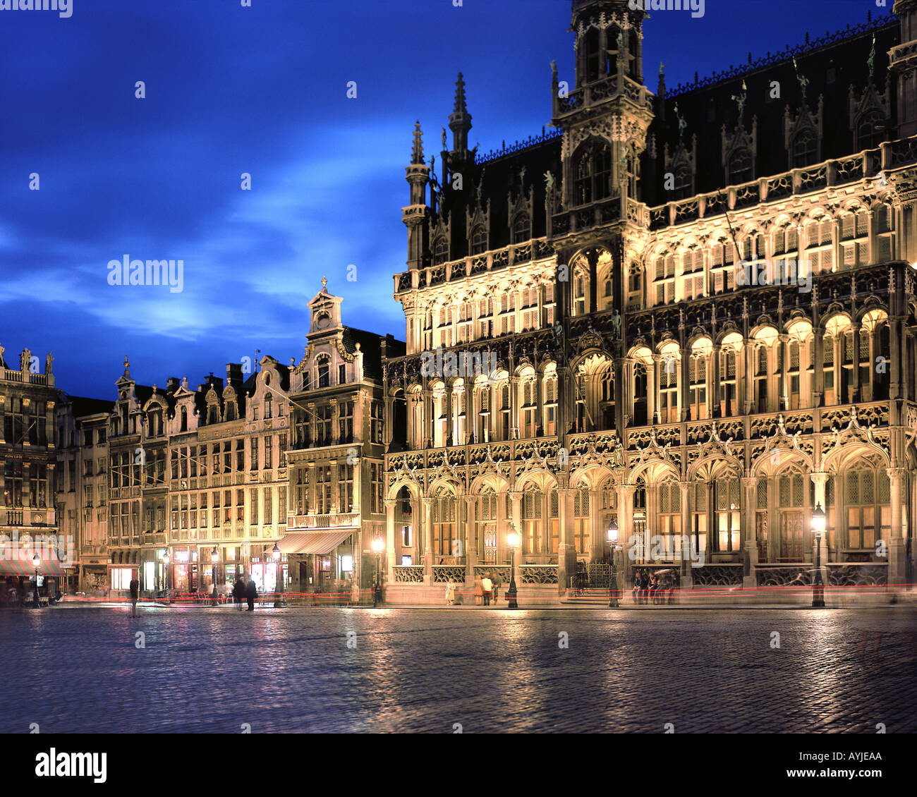 BE - BRUXELLES: Grand Place by night - Stock Image
