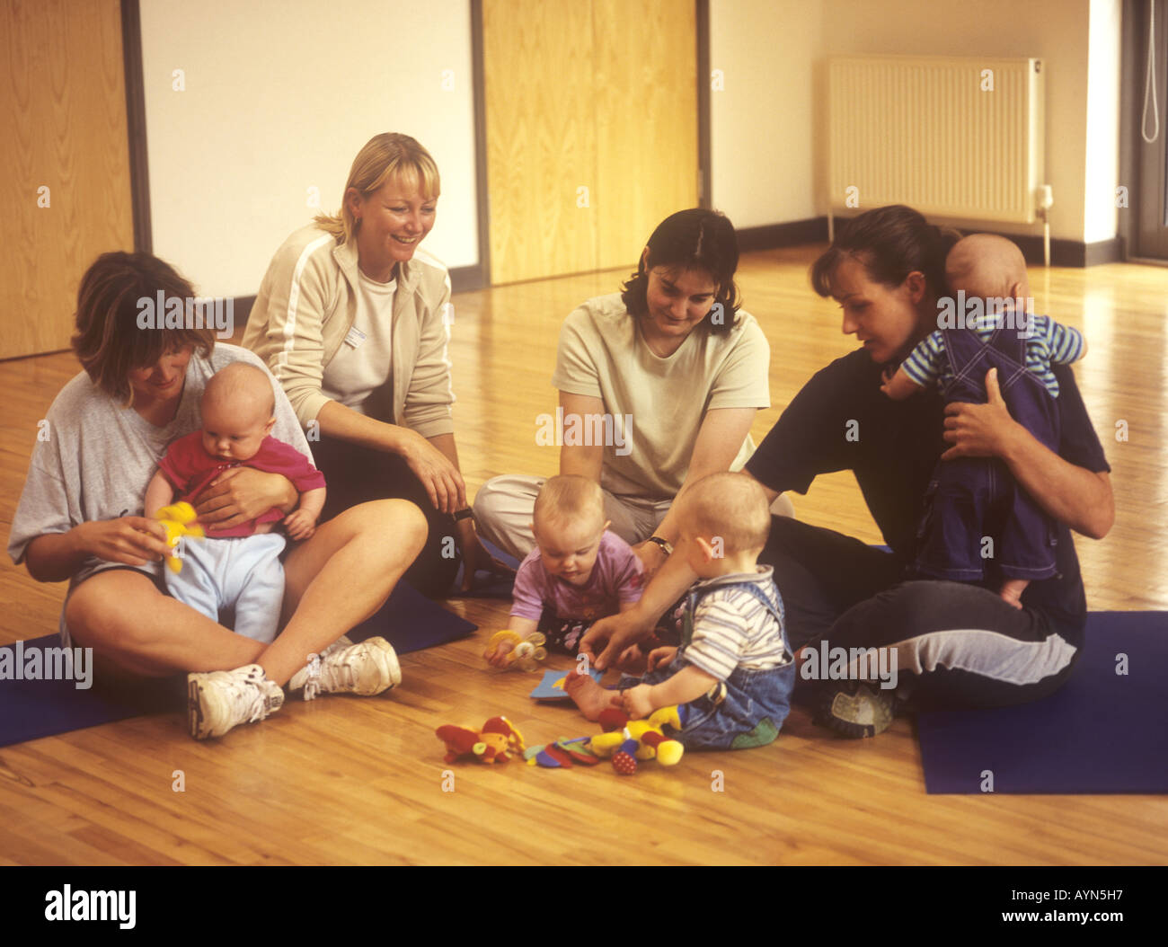 Women with their babies chatting at a mother and baby group - Stock Image