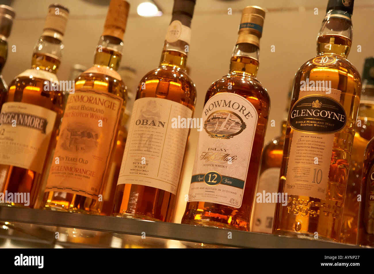 SELECTION OF SCOTCH WHISKY BOTTLES ON GLASS SHELVES IN BAR Stock ...