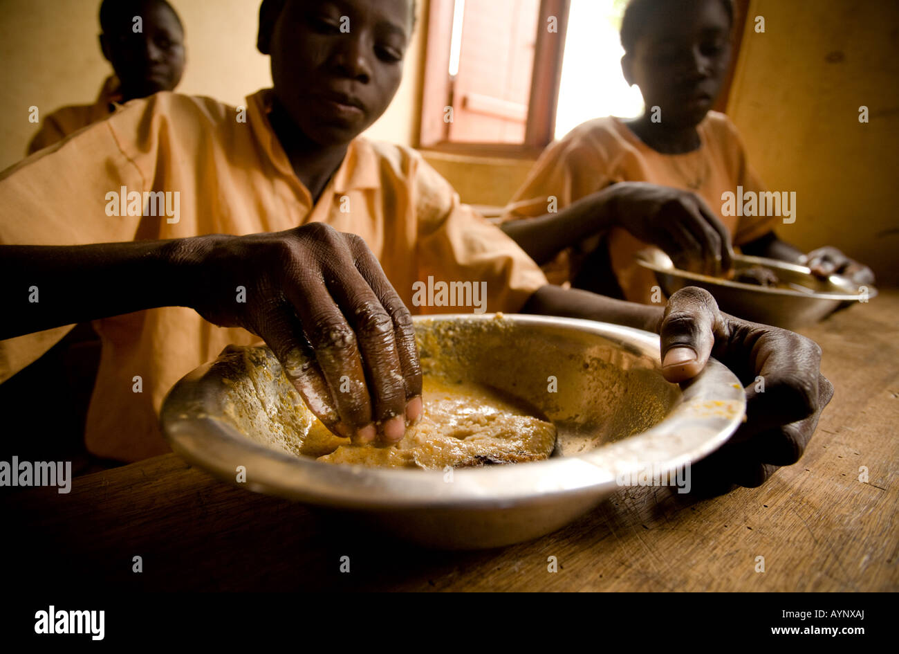 Children having lunch in a classroom at the Nyologu Primary School in the village of Nyologu northern Ghana - Stock Image