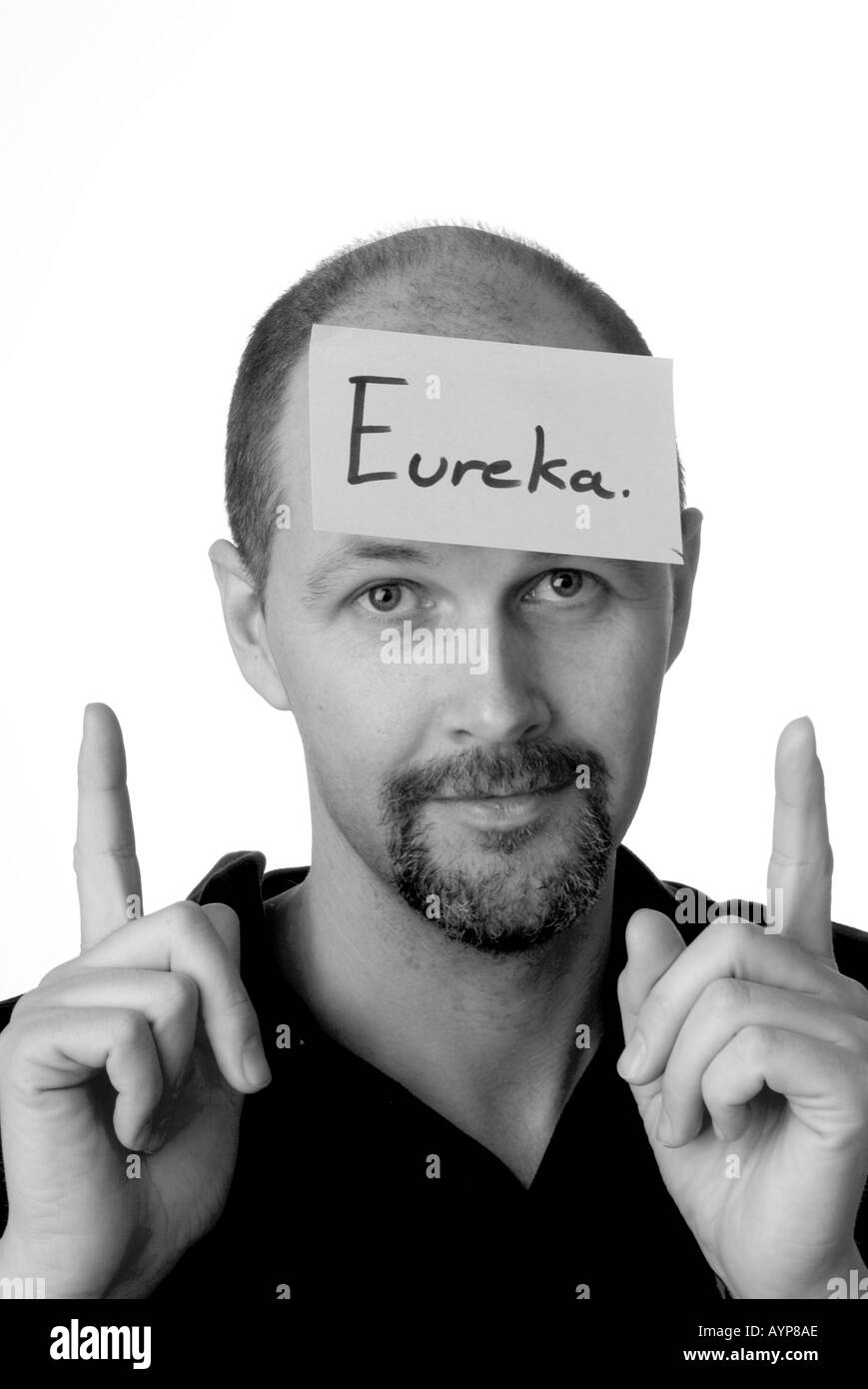 man with post it note on head man with post it note on head idea thought think invention eureka blue sky idea mind clever idea - Stock Image