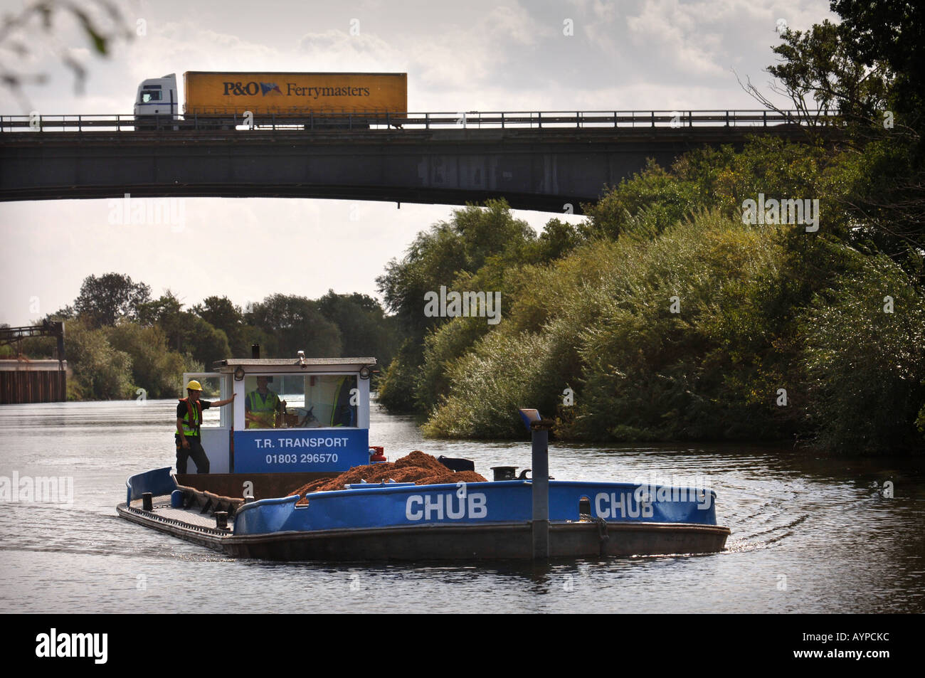A BARGE LOADED WITH SAND AND GRAVEL PASSING UNDER THE M50 AT RIPPLE QUARRY GLOUCESTERSHIRE Stock Photo